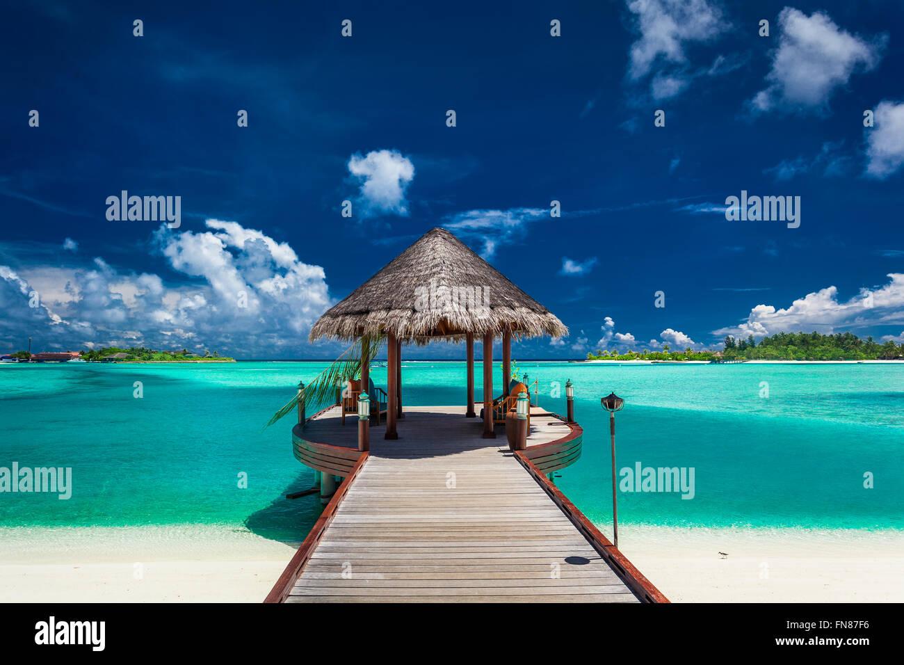 Barca tradizionale jetty in un resort di lusso delle Maldive, Oceano Indiano Immagini Stock