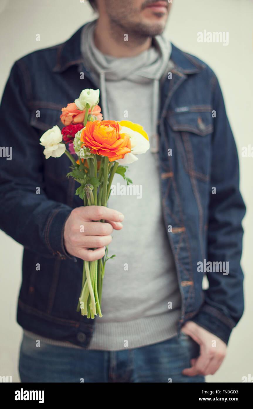 Mazzo Di Fiori Uomo.Uomo Con Mazzo Di Fiori Foto Immagine Stock 99170095 Alamy
