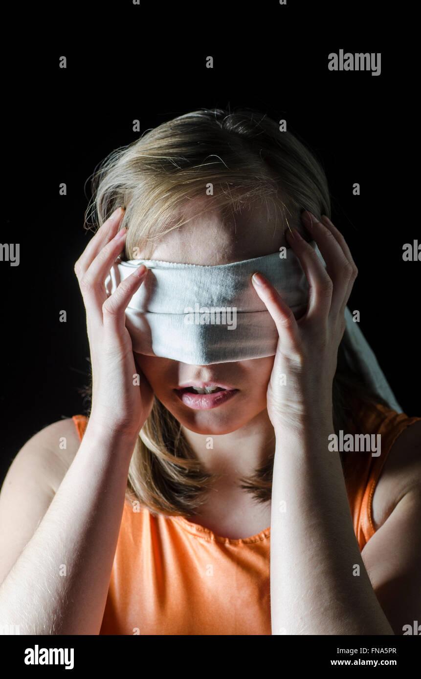 Gli occhi bendati donna Immagini Stock