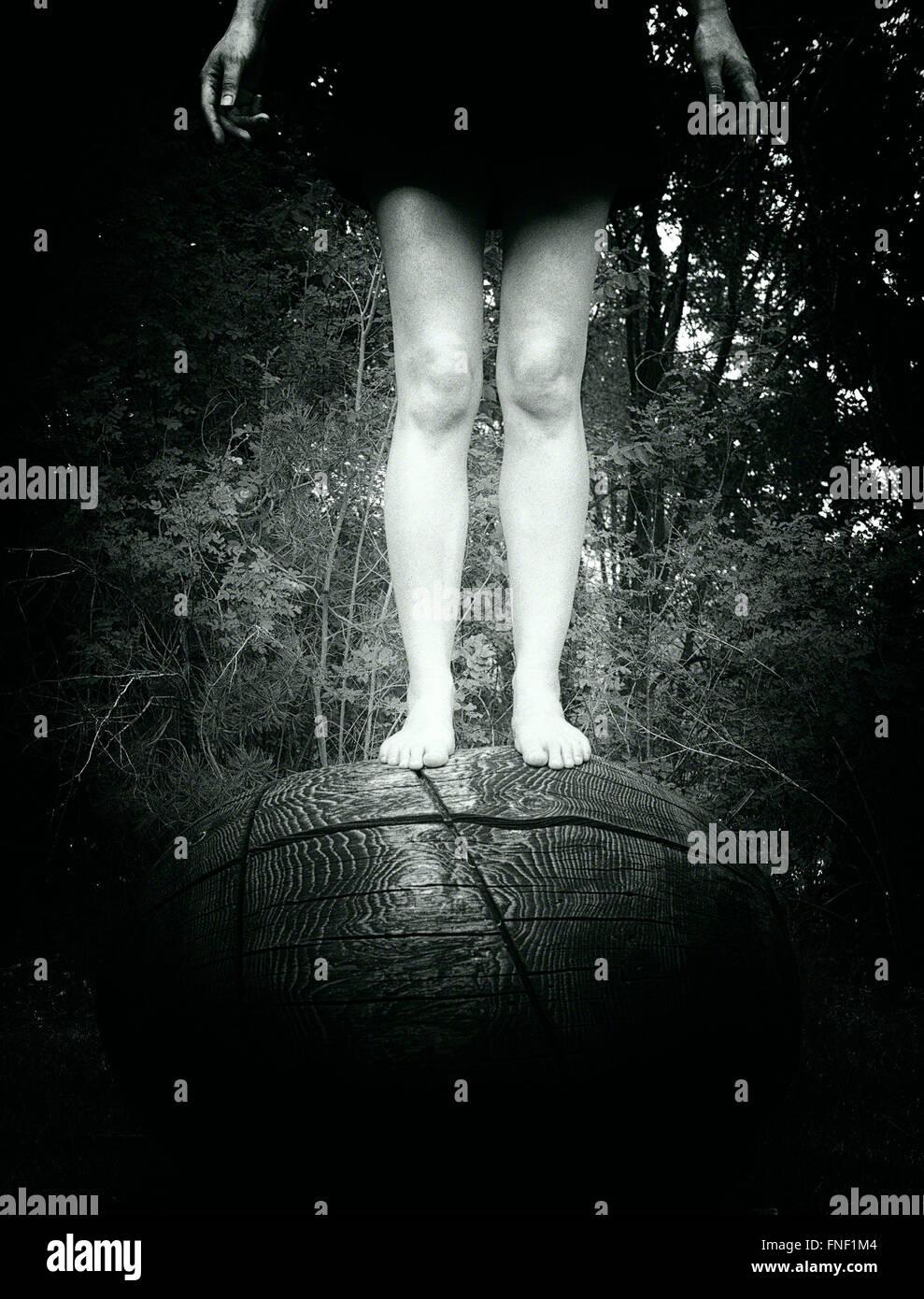 Donna in piedi sulla parte superiore della circolare oggetto di legno Foto Stock