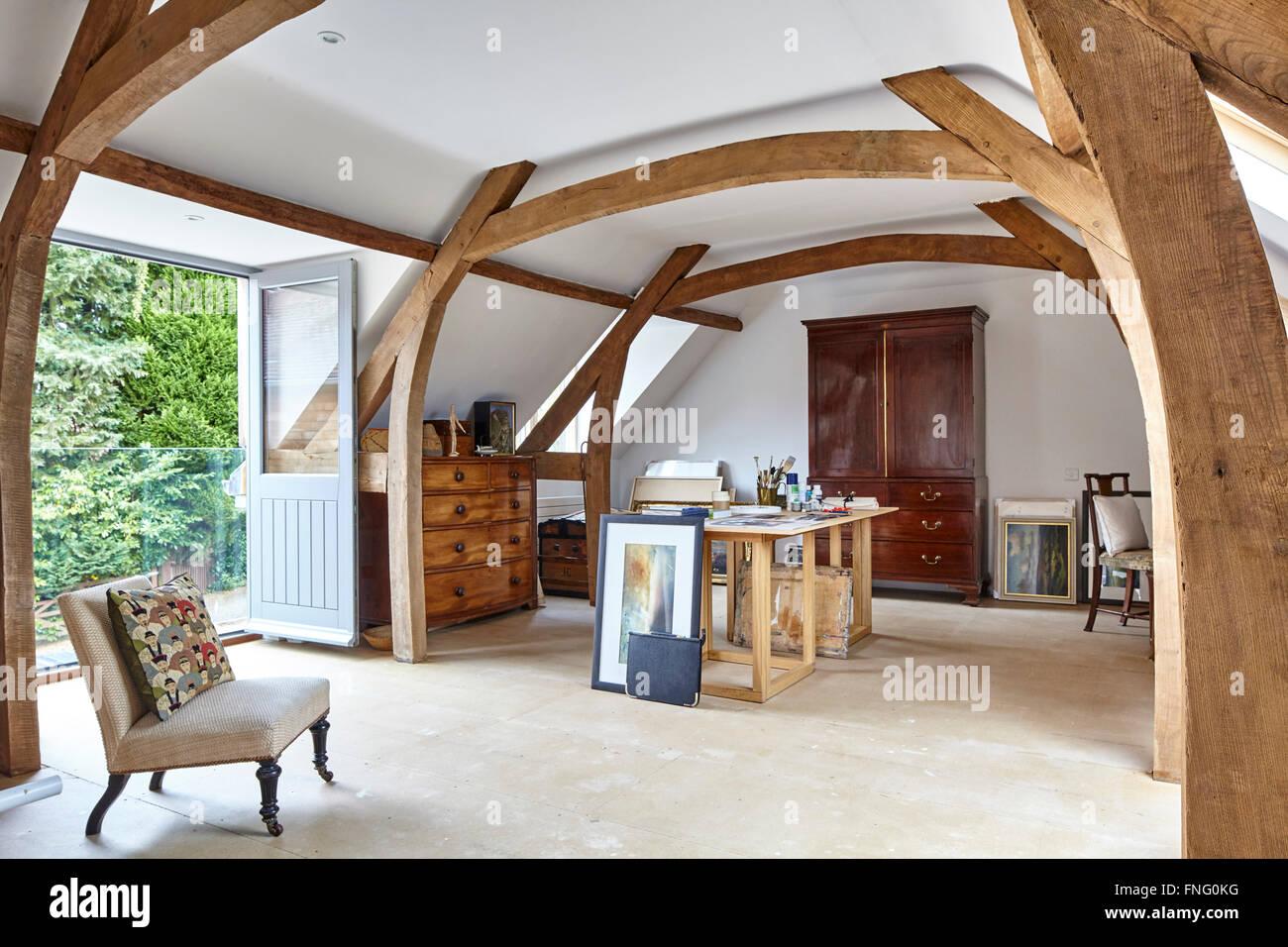 Foto Di Soffitti Con Travi In Legno : Primo piano studio dell artista con travi di legno in vista semi