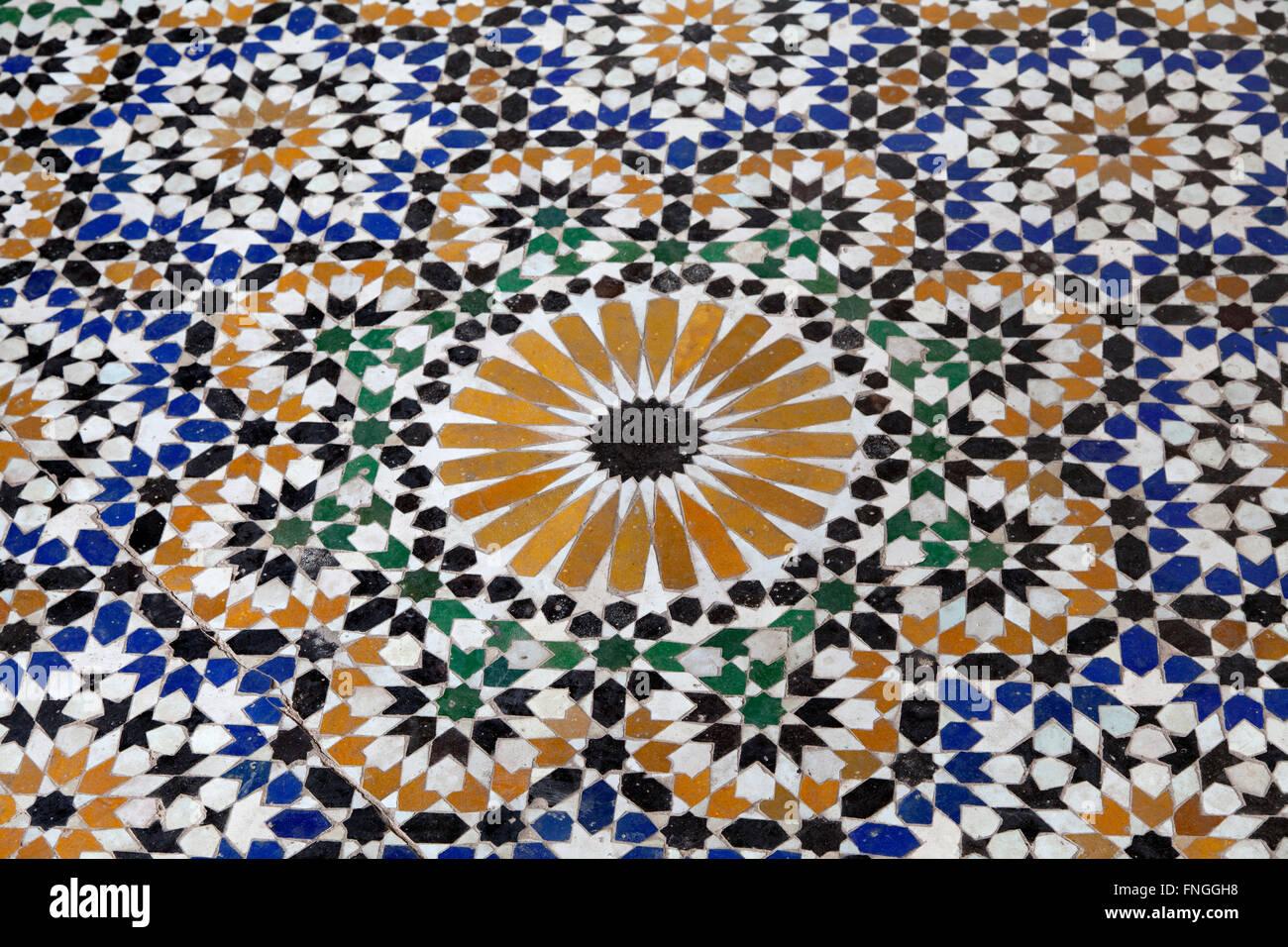 Tradizionale pavimento a mosaico a marrakech marocco foto