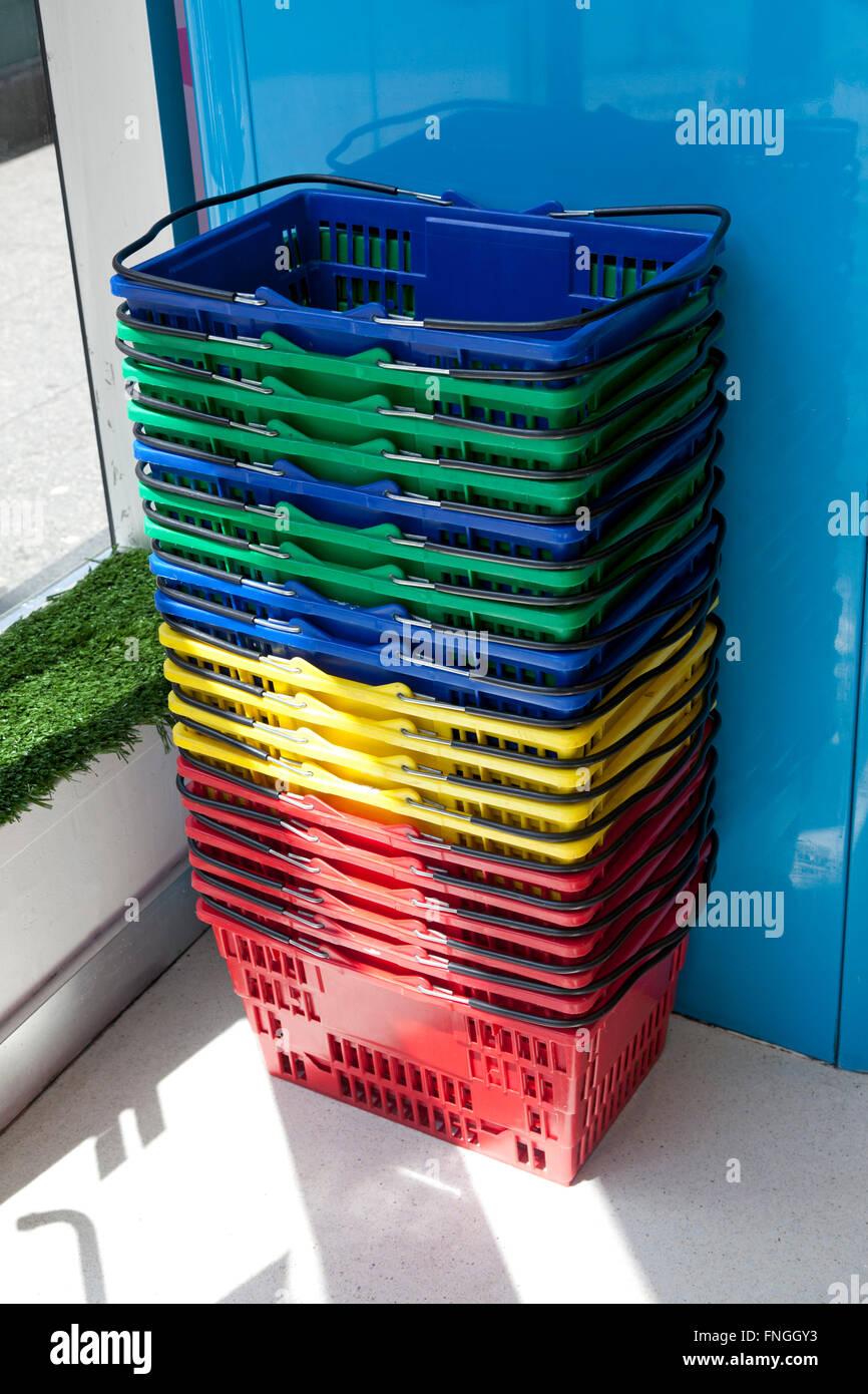 In plastica colorata cesti per lo shopping Immagini Stock