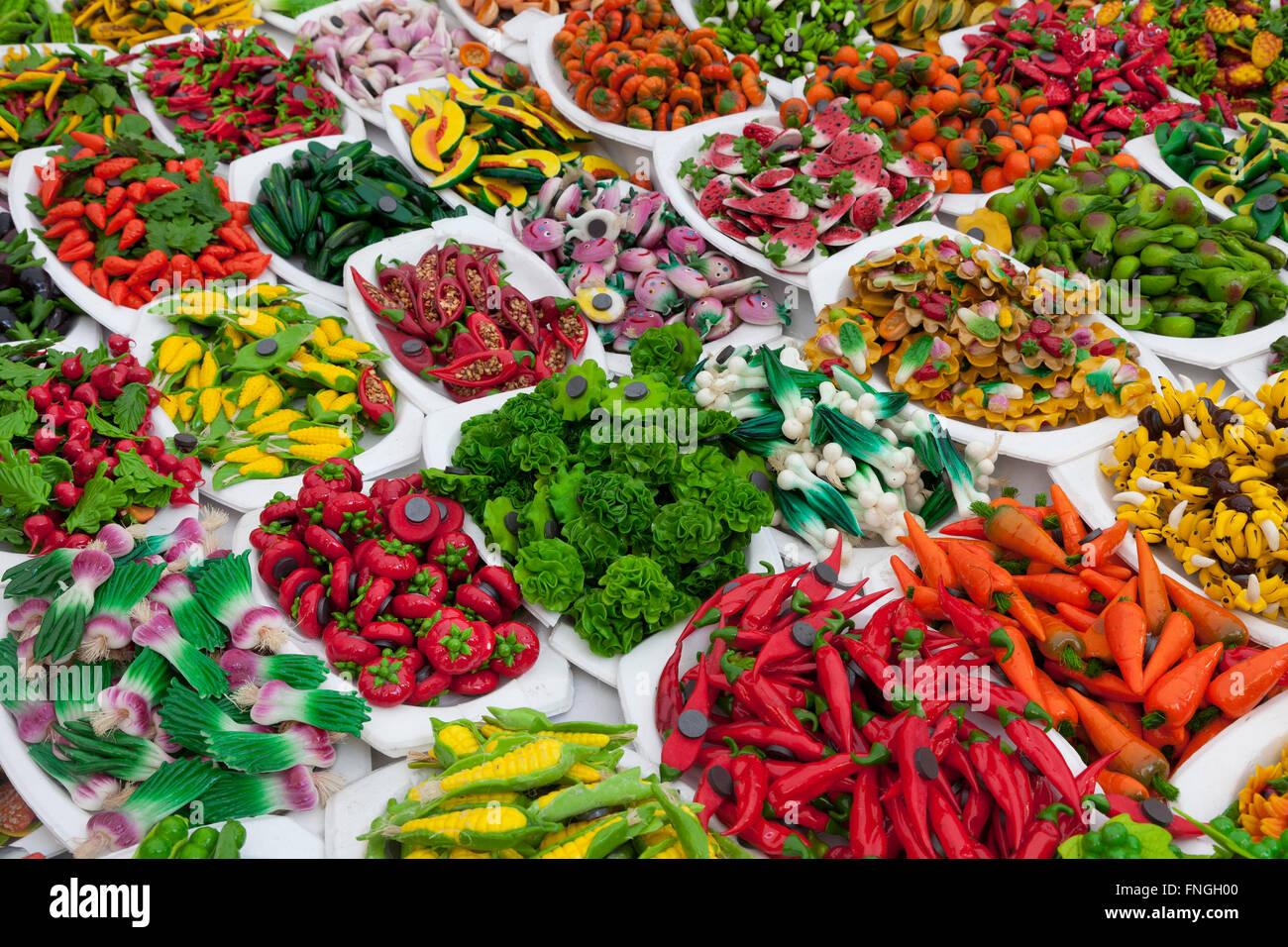 Varietà di frutta e verdura magneti per il frigo in vendita Immagini Stock