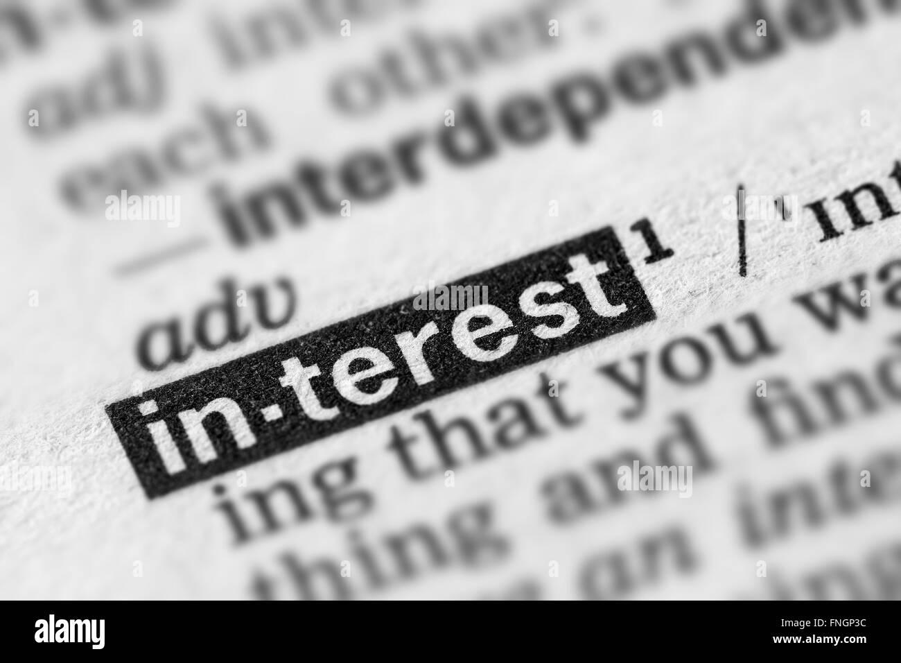 Definizione di interesse parola testo nella pagina del dizionario Immagini Stock