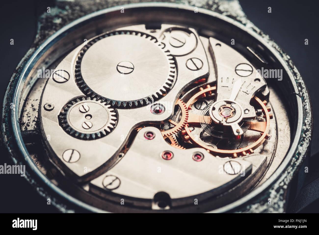 Meccanismo vintage antico orologio da polso bella originale nero e sfondo metallico Immagini Stock