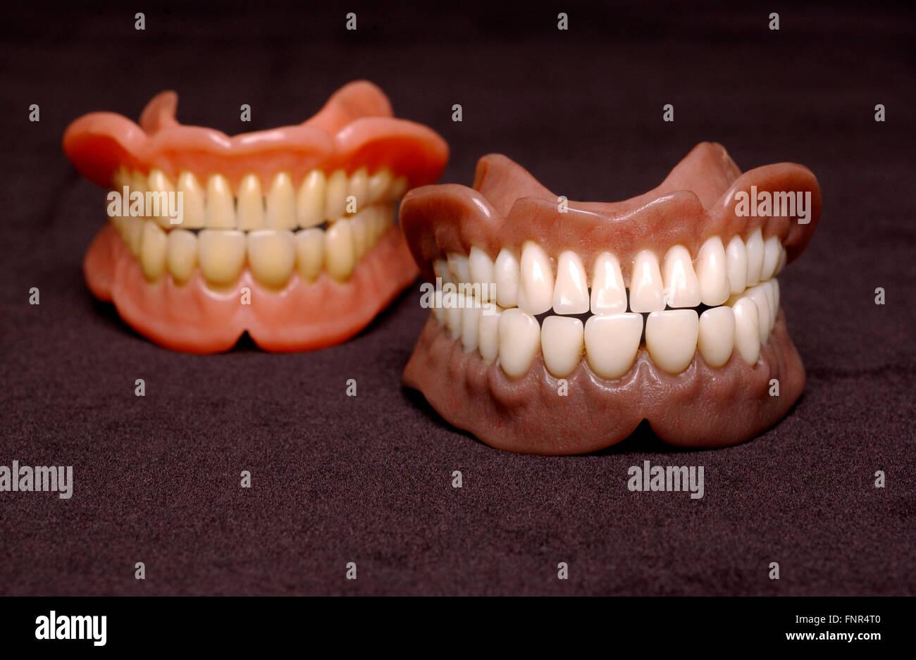 Due serie di protesi completa. Protesi o falsi denti sono realizzati a partire da una base in acrilico su cui acrilici Immagini Stock