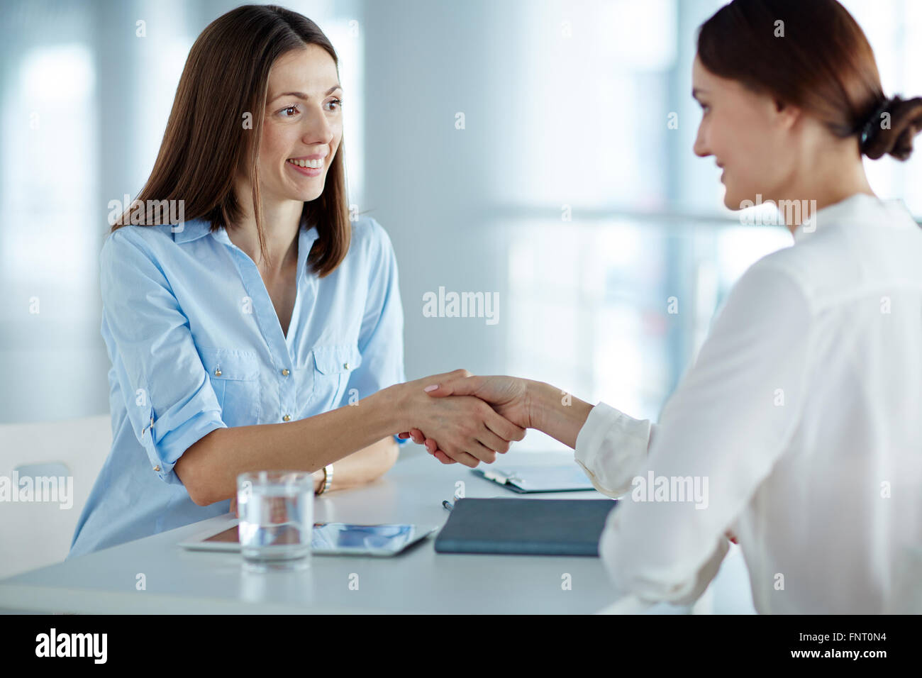 Personal manager saluto una donna al colloquio di lavoro Immagini Stock