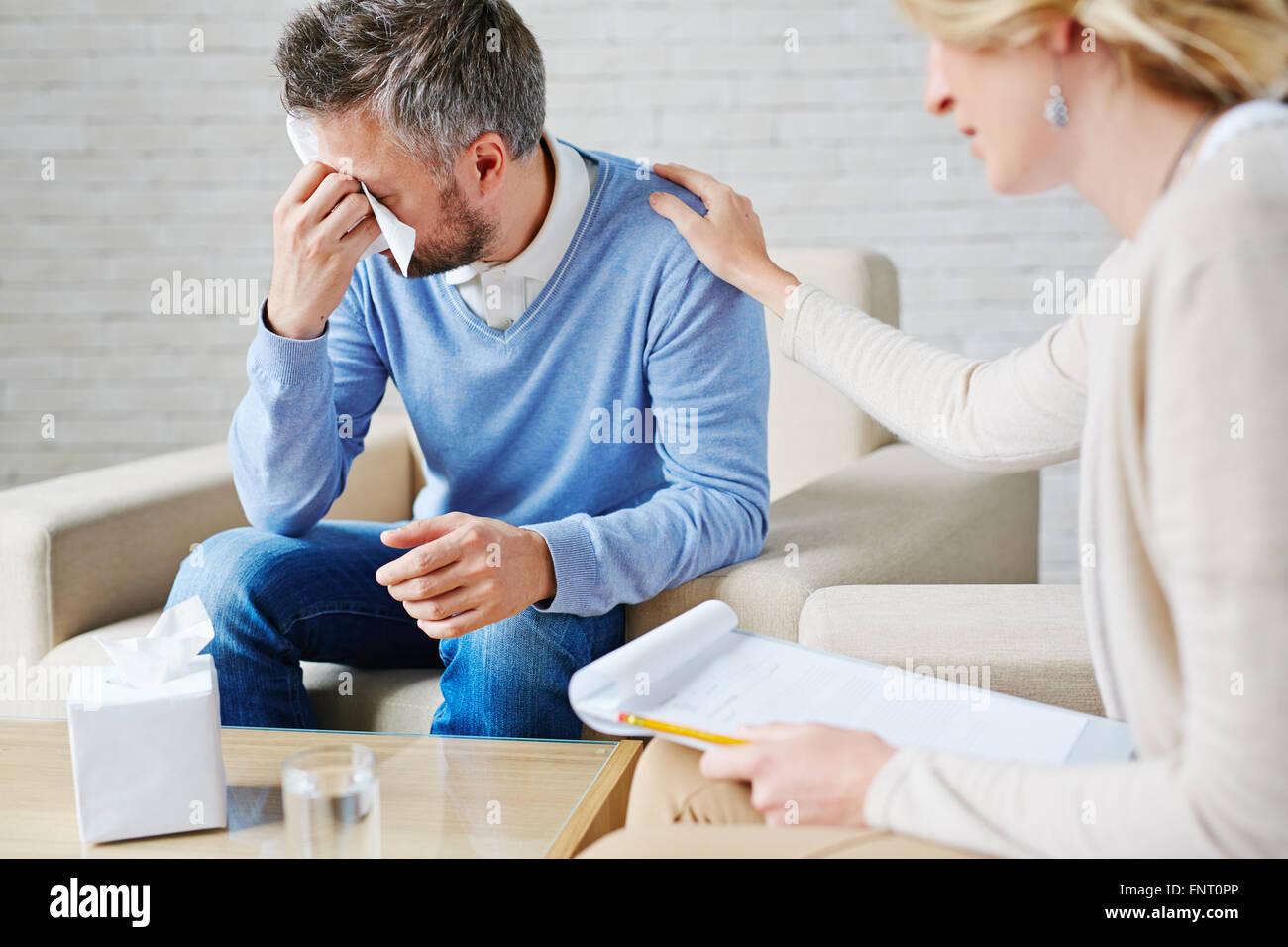 Premuto l uomo a piangere mentre visitano il suo psicologo Immagini Stock
