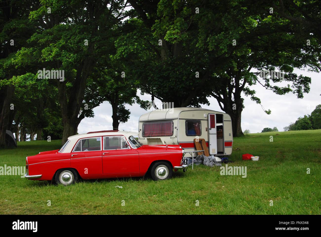 Campeggio classico negli anni settanta Morris Oxford a Charlbury Costwolds Regno Unito Foto Stock