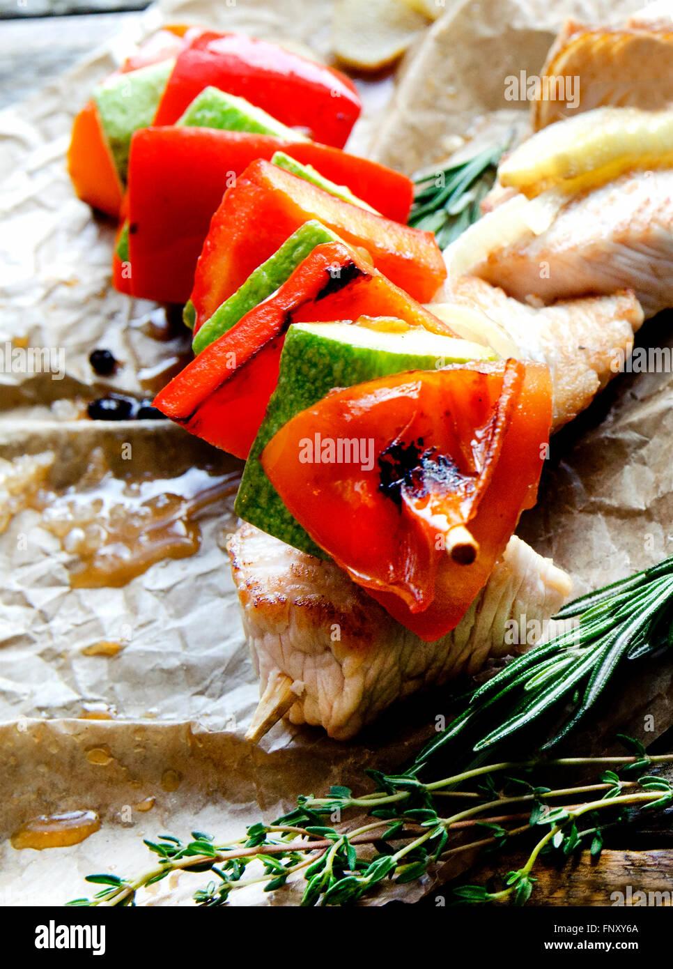 Due fritto di pollo spiedini di carne alla brace Kebab barbecue e verdure Immagini Stock