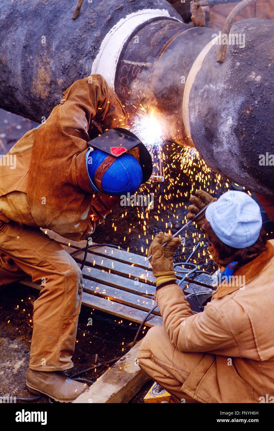 L'uomo la saldatura di un gasdotto cucitura per l'installazione sotto il Fiume Delaware; Pennsylvania rurale; Immagini Stock