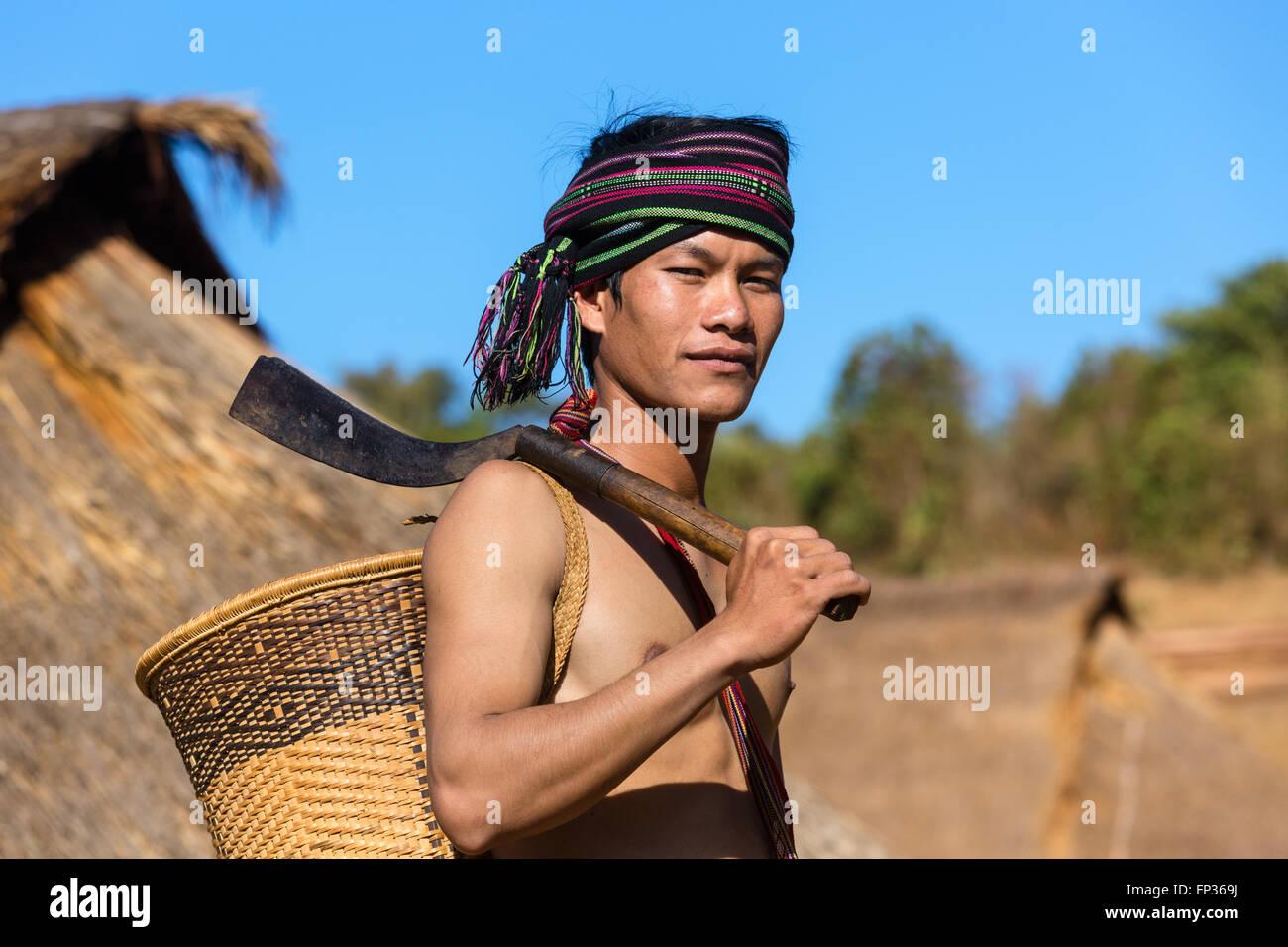 Uomo in abito tradizionale, minoranza etnica, essi Pnong, Bunong, Senmonorom, Sen Monorom, zone di Mondulkiri Provincia, Immagini Stock