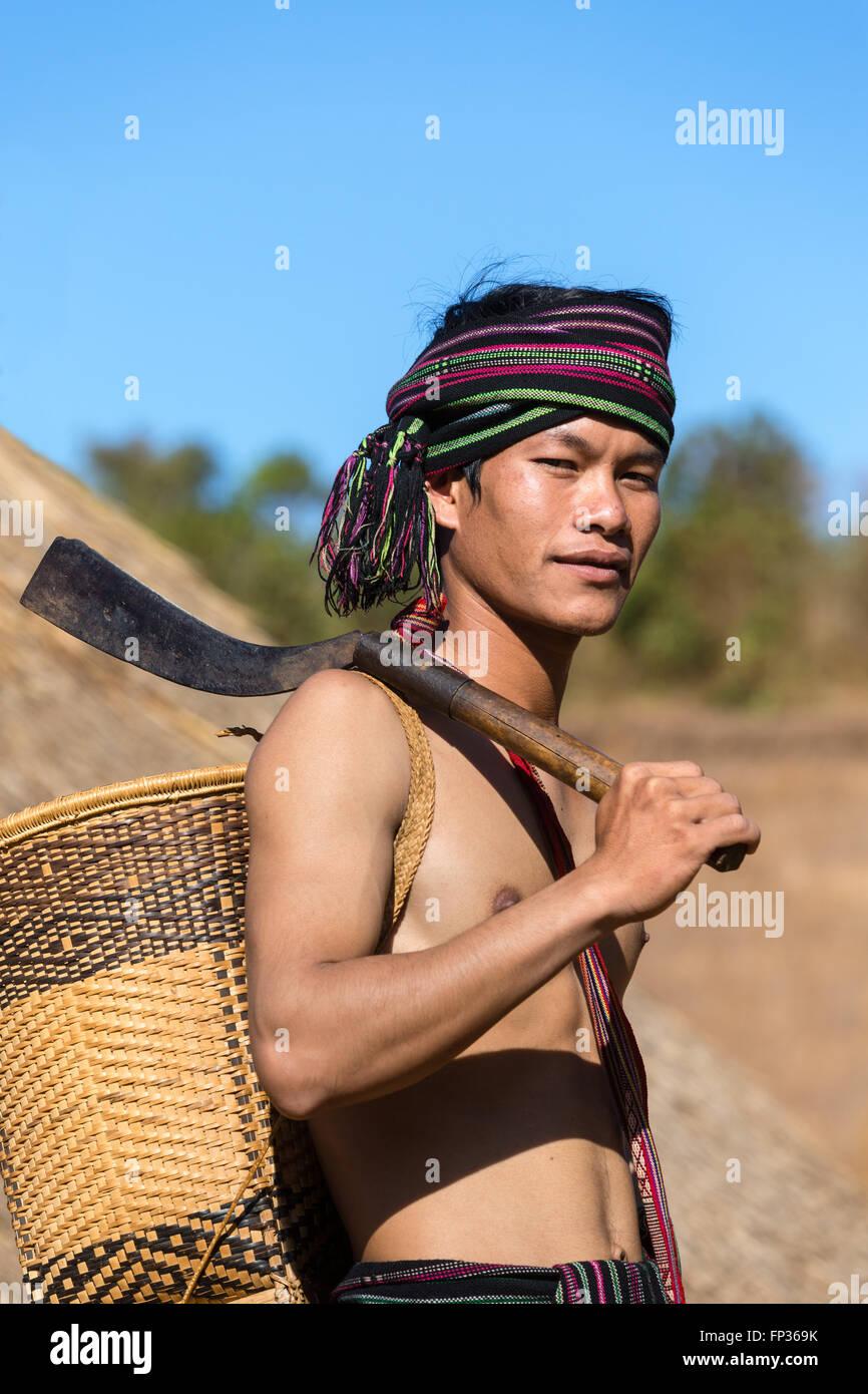 Uomo in costume tradizionale, minoranza etnica, essi Pnong, Bunong, Senmonorom, Sen Monorom, zone di Mondulkiri Immagini Stock
