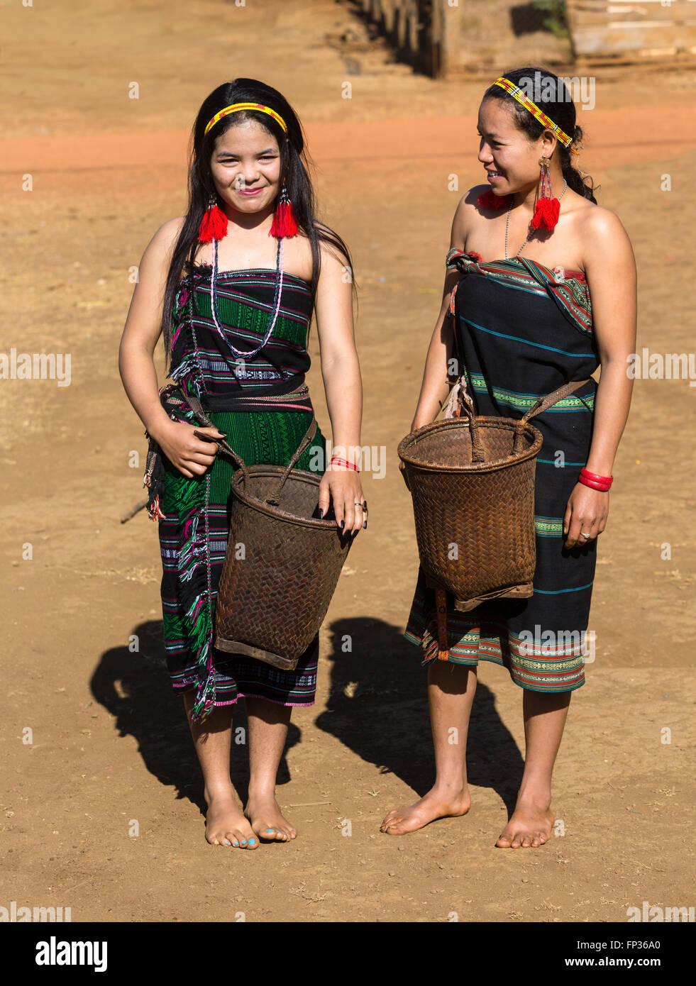 Phnong donne in costume tradizionale, minoranza etnica, essi Pnong, Bunong, Senmonorom, Sen Monorom, zone di Mondulkiri Immagini Stock