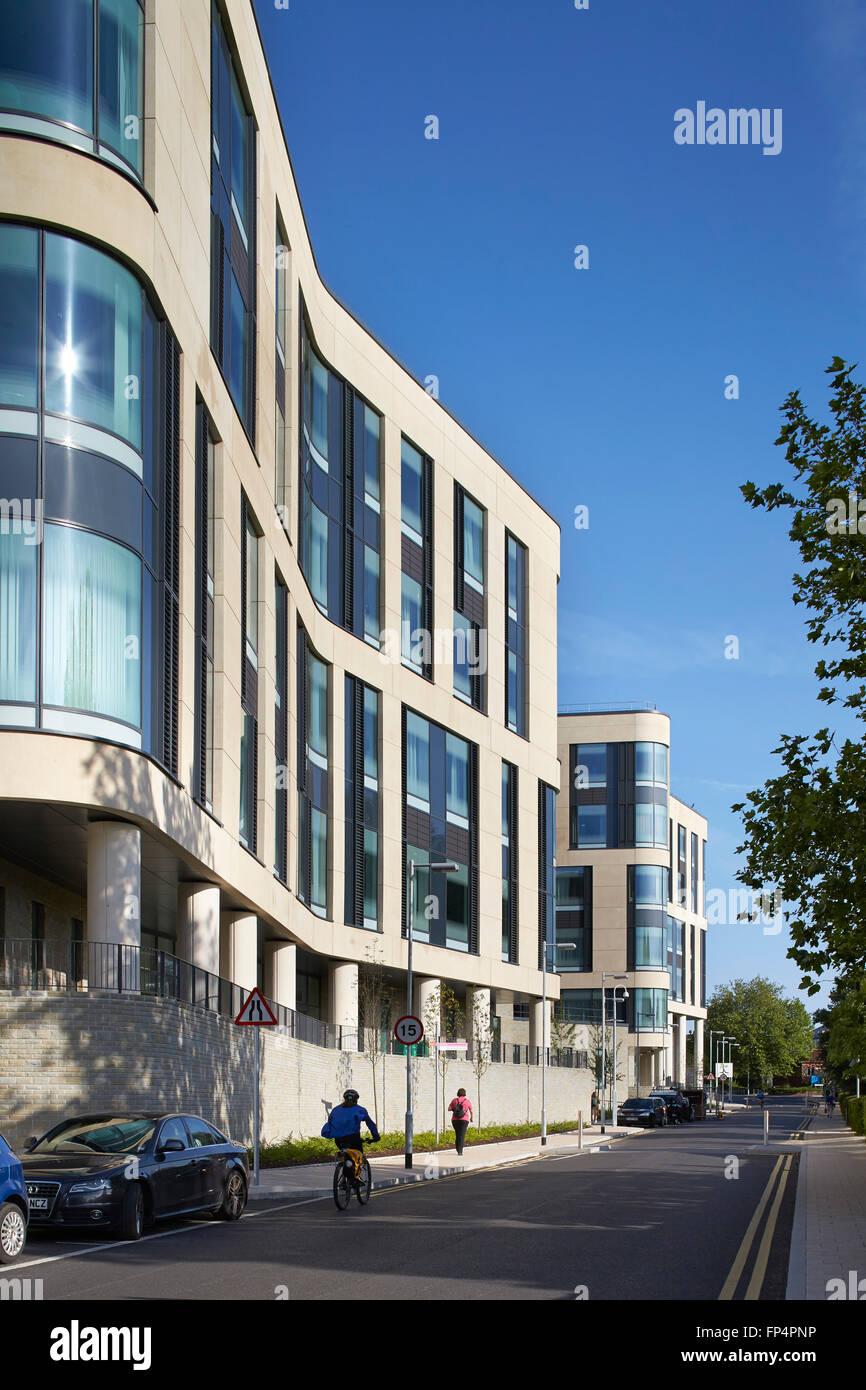 Curvatura di facciata a doppia altezza con finestre e pannelli in pietra. Ospedale Southmead, Bristol, Regno Unito. Immagini Stock