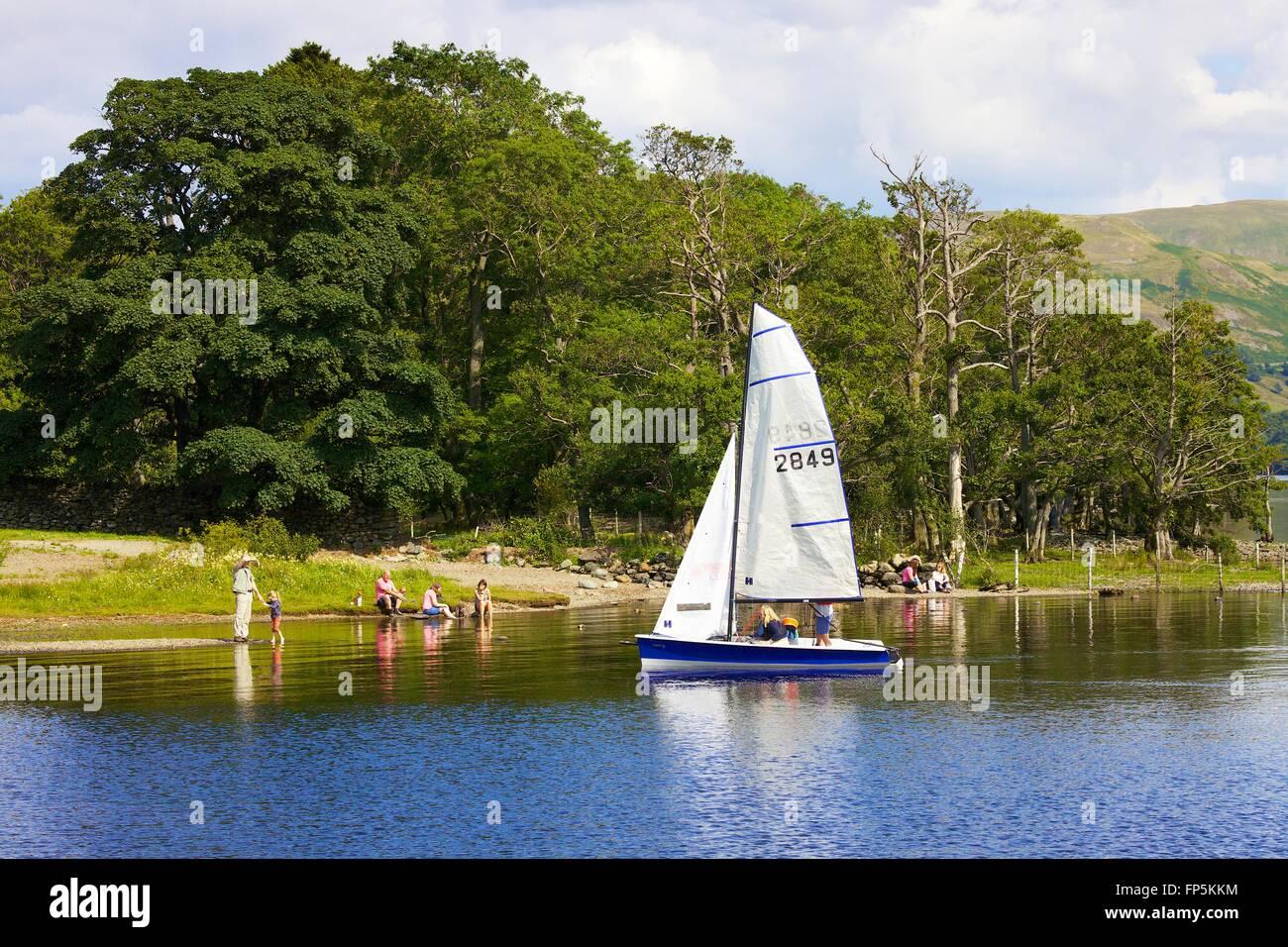 Parco Nazionale del Distretto dei Laghi. Famiglia dinghy vela sul lago. Aira Force baia, Ullswater, Penrith, Lake Immagini Stock