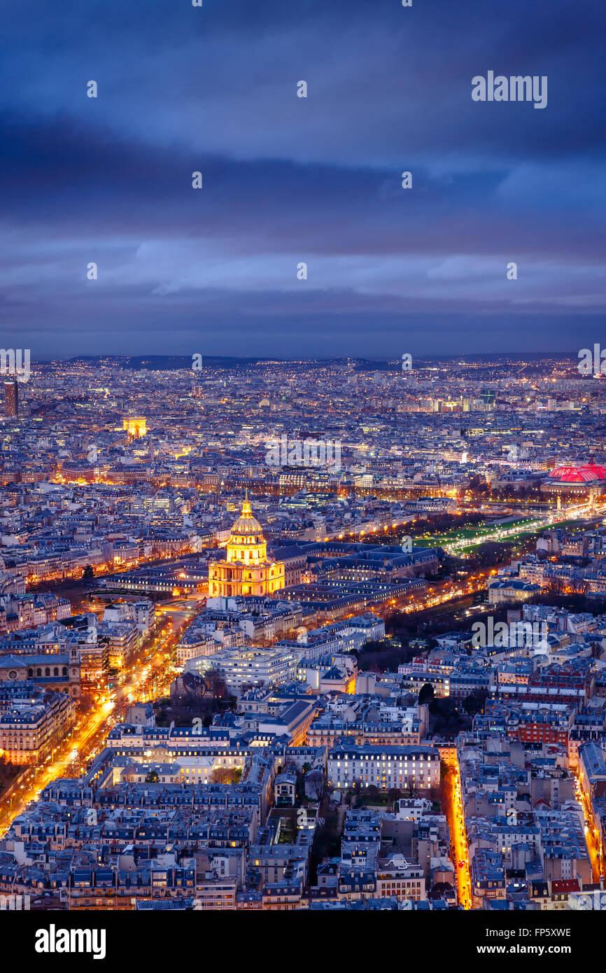 Vista aerea di Parigi al crepuscolo con Les Invalides e il Museo dell'esercito presso il centro e l'Arco Immagini Stock