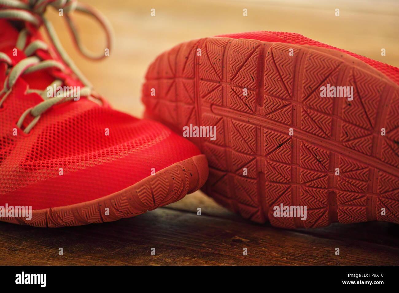 Signore in rosa Nike trainer esercizio scarpe sul pavimento in pannelli di legno Immagini Stock