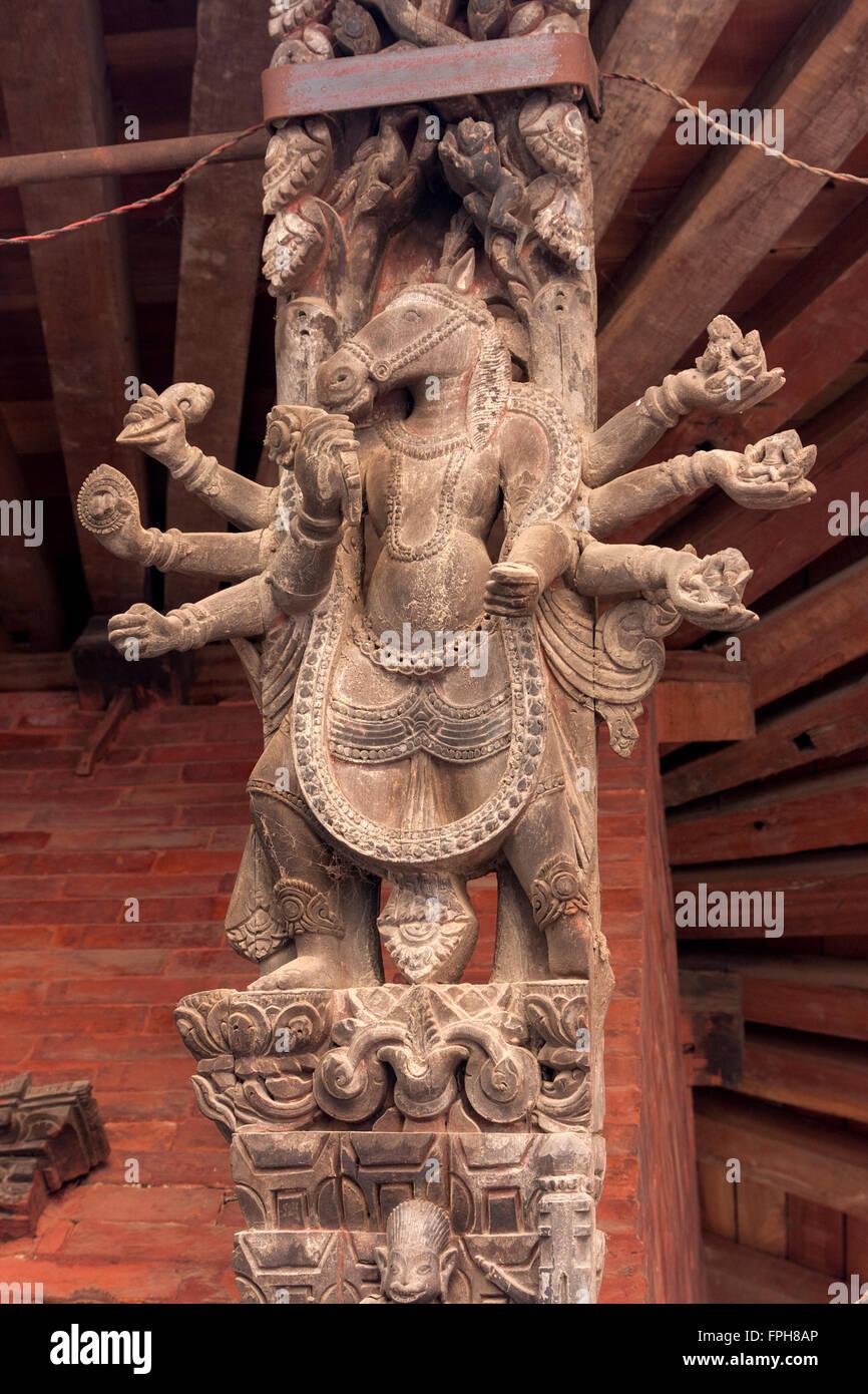 Il Nepal, Patan. Intagliato supporto del tetto, divinità Indù. Immagini Stock