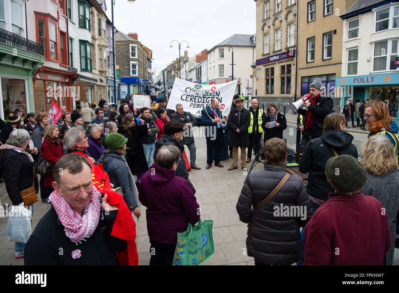 Aberystwyth, Wales, Regno Unito. Xix marzo, 2016. Le persone a una protesta pubblica nel centro di Aberystwyth per Immagini Stock