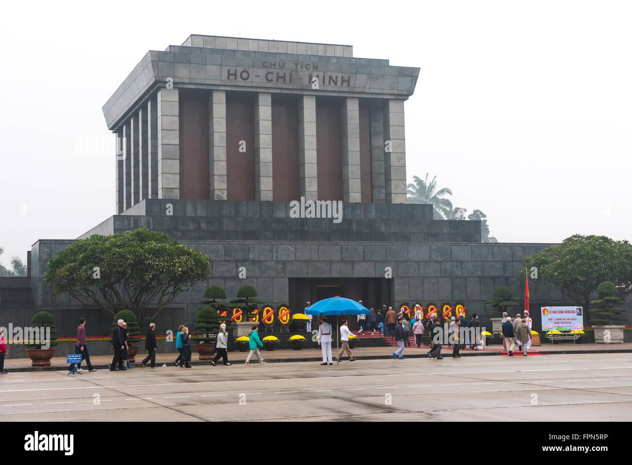 I turisti di entrare il Mausoleo di Ho Chi Minh per visualizzare il leader imbalsamato. Hanoi Immagini Stock