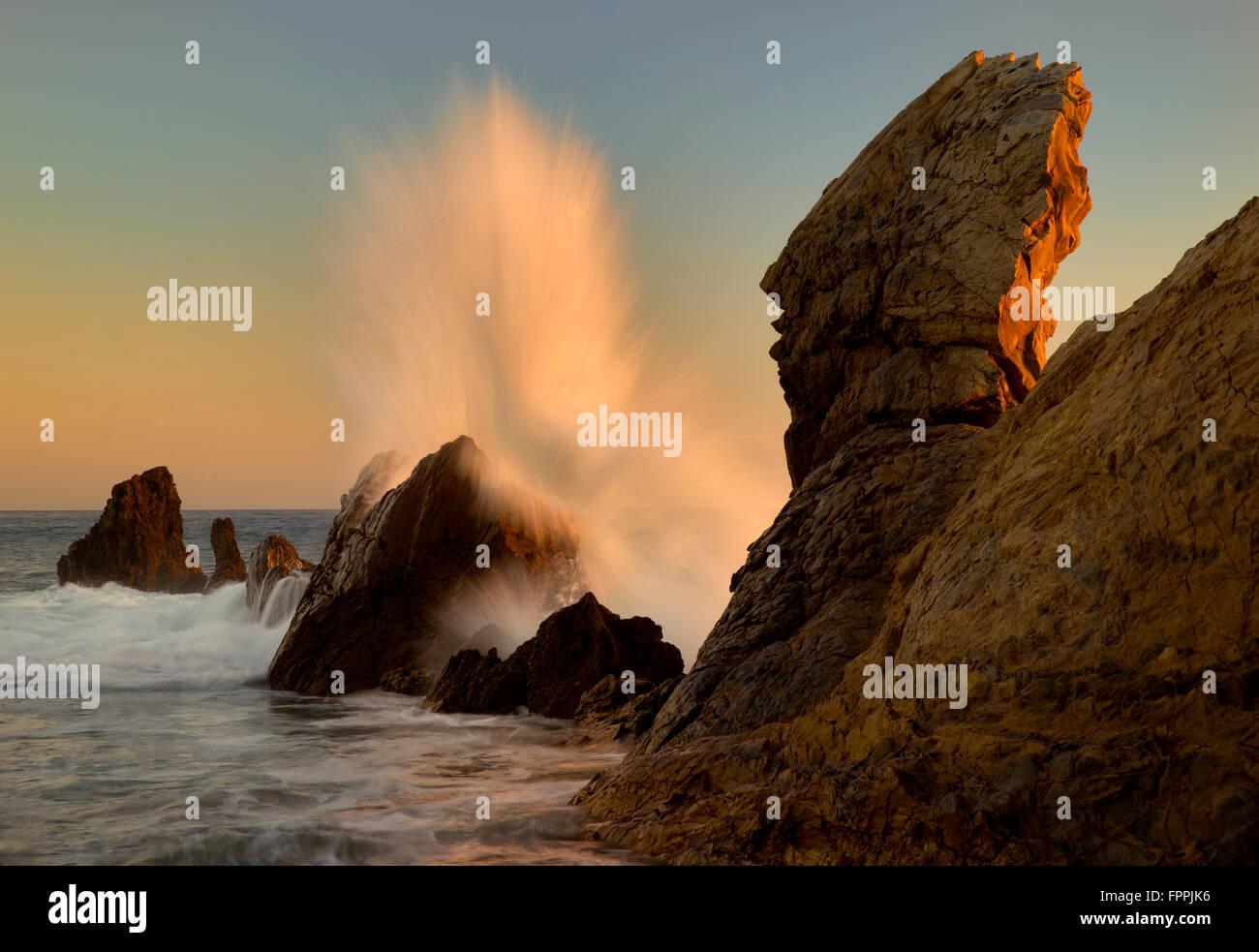 Crashing onda . Corona del Mar. California Immagini Stock