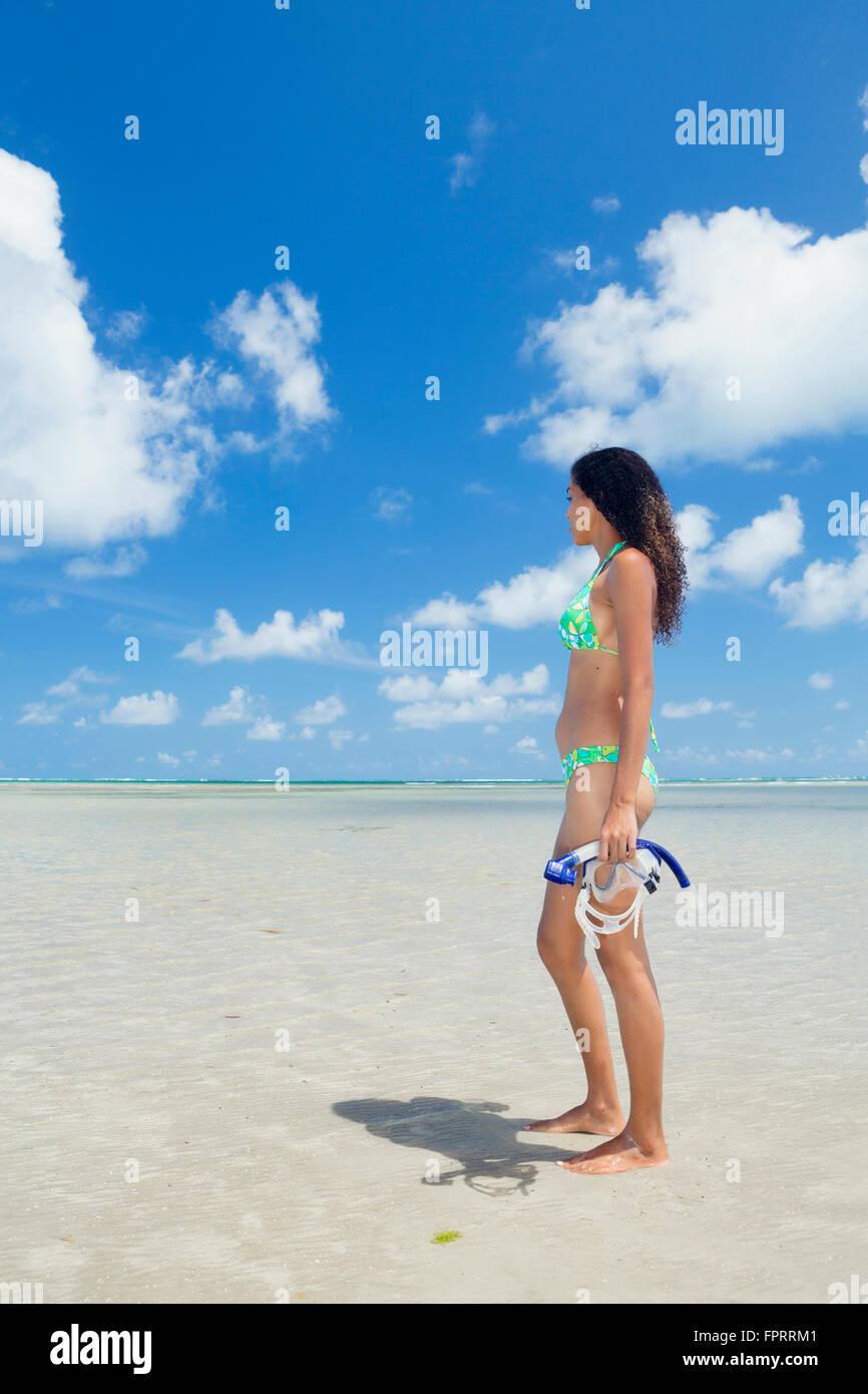 Assolo di razza mista traveler con un boccaglio e maschera su una bella e vuoto spiaggia tropicale Immagini Stock