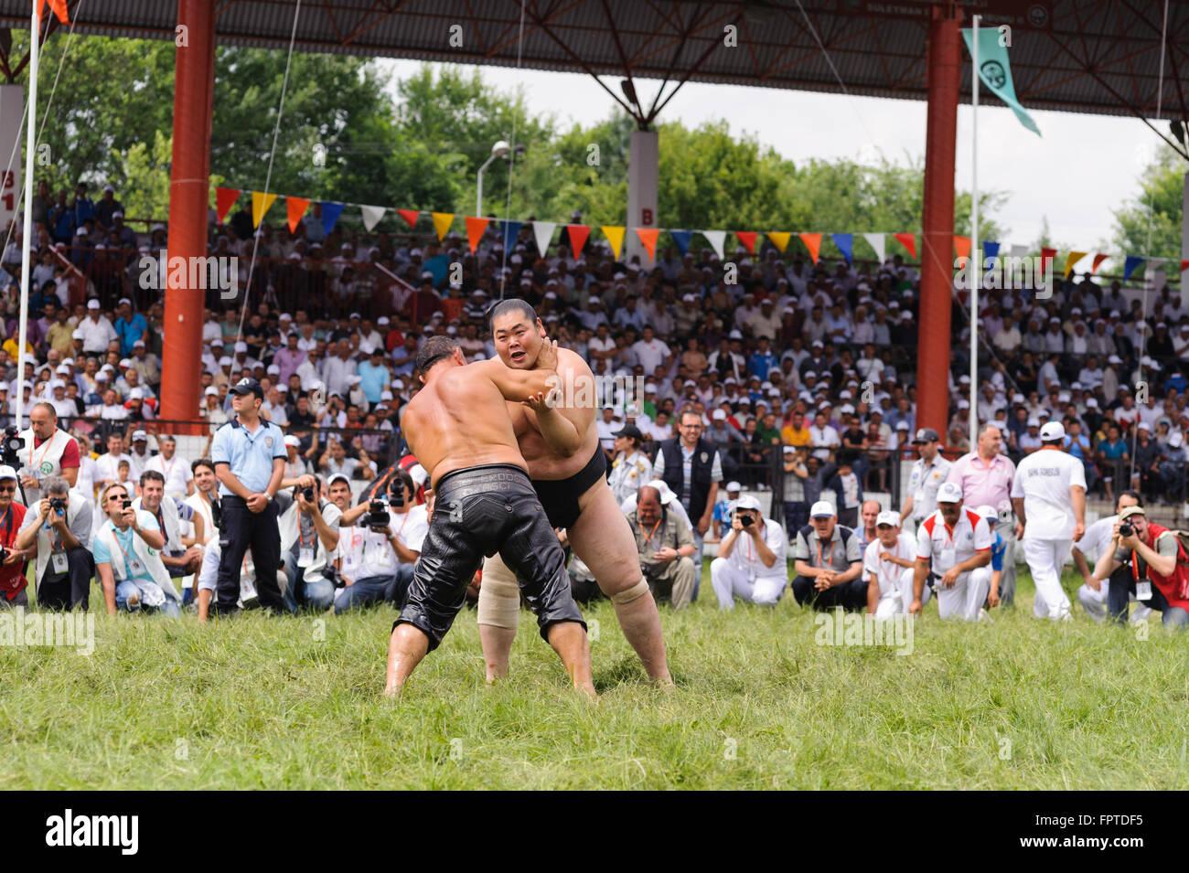 Lottatori pehlivan turco e giapponese lottatore di sumo in concorso a Kirkpinar. Immagini Stock