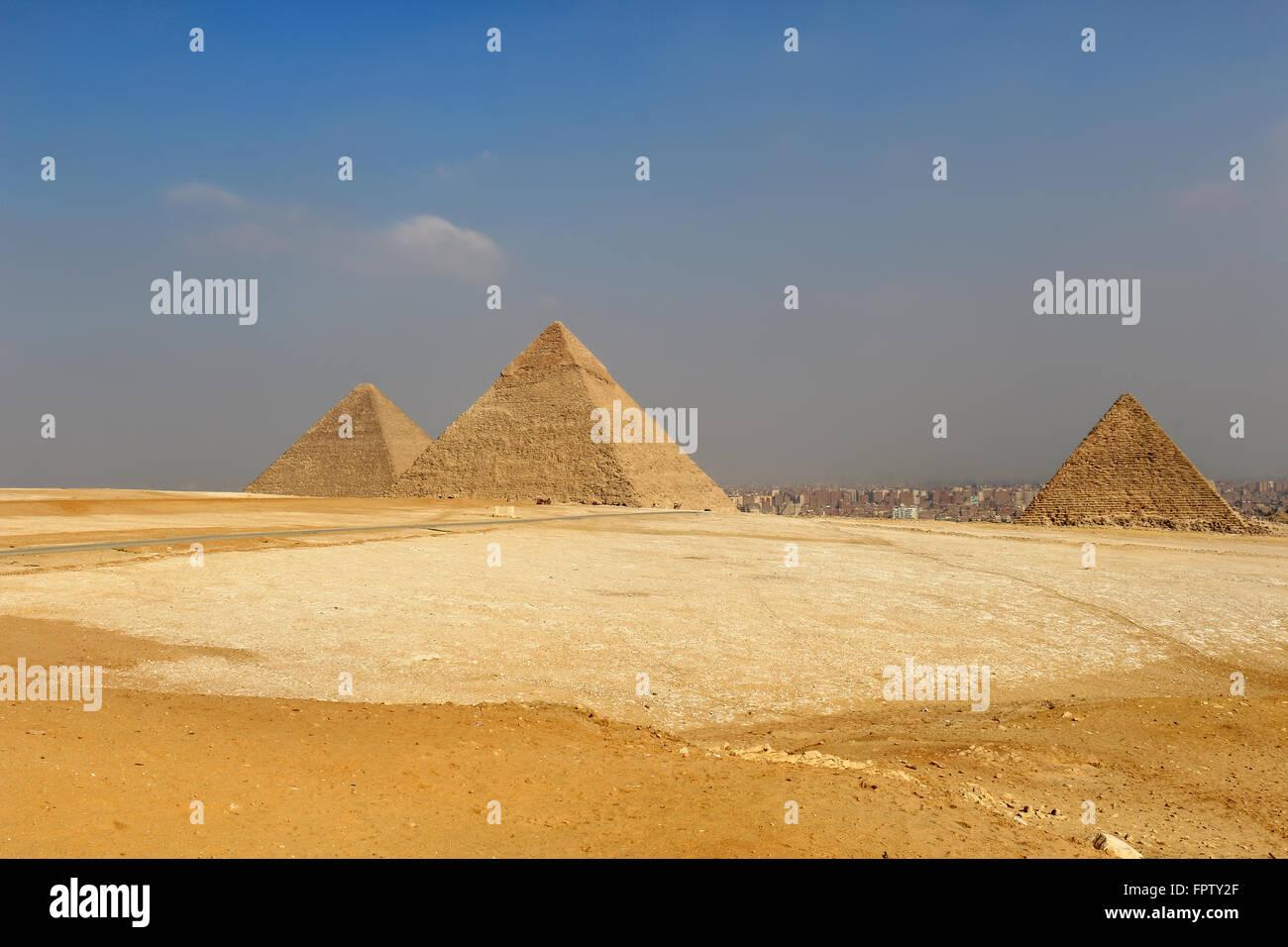 Le Piramidi di Giza, strutture artificiali dall antico Egitto nelle sabbie dorate del deserto con inquinato il Cairo Immagini Stock