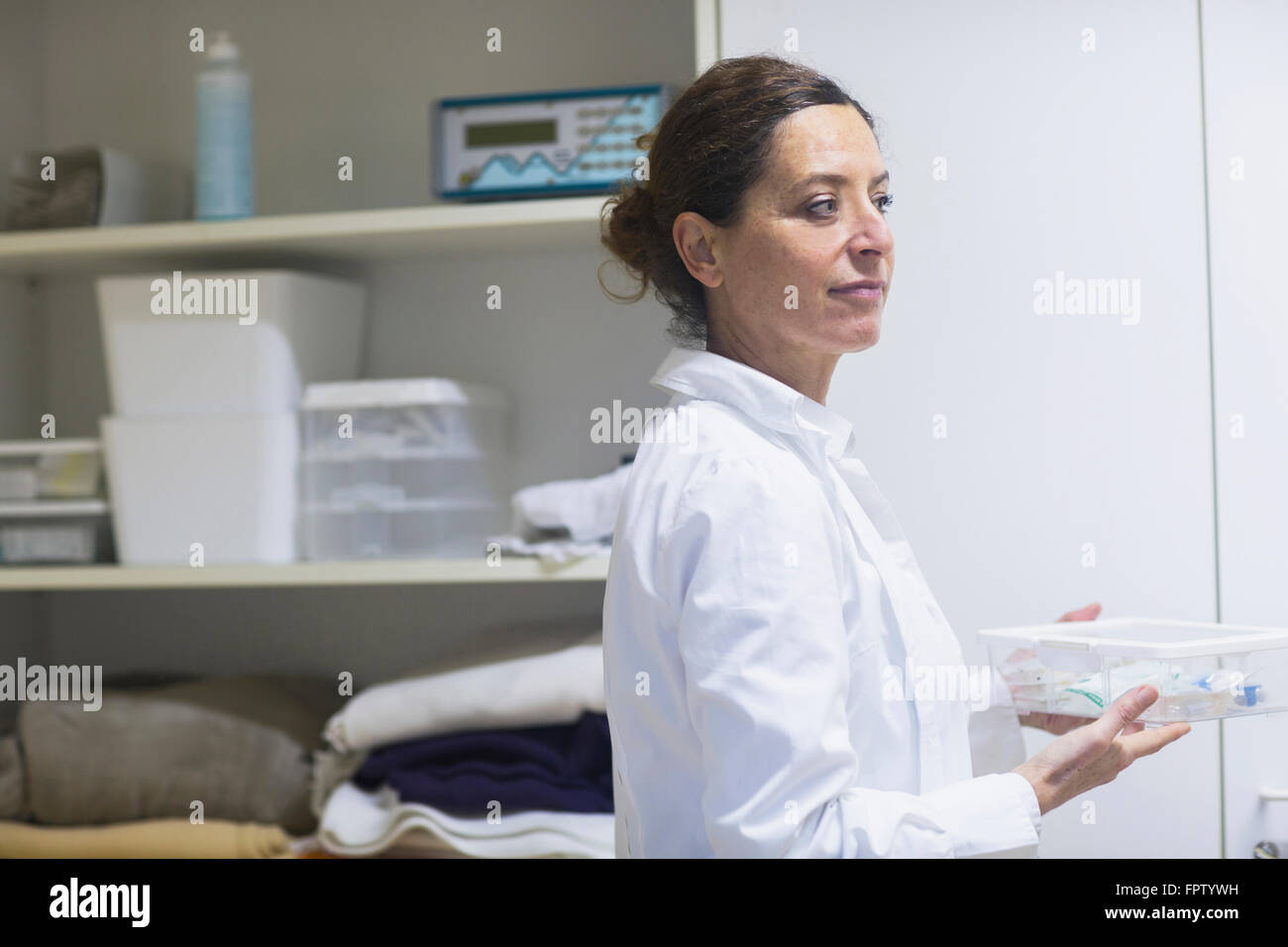 Medico donna in possesso di una scatola di medicina di Freiburg im Breisgau, Baden-Württemberg, Germania Foto Stock
