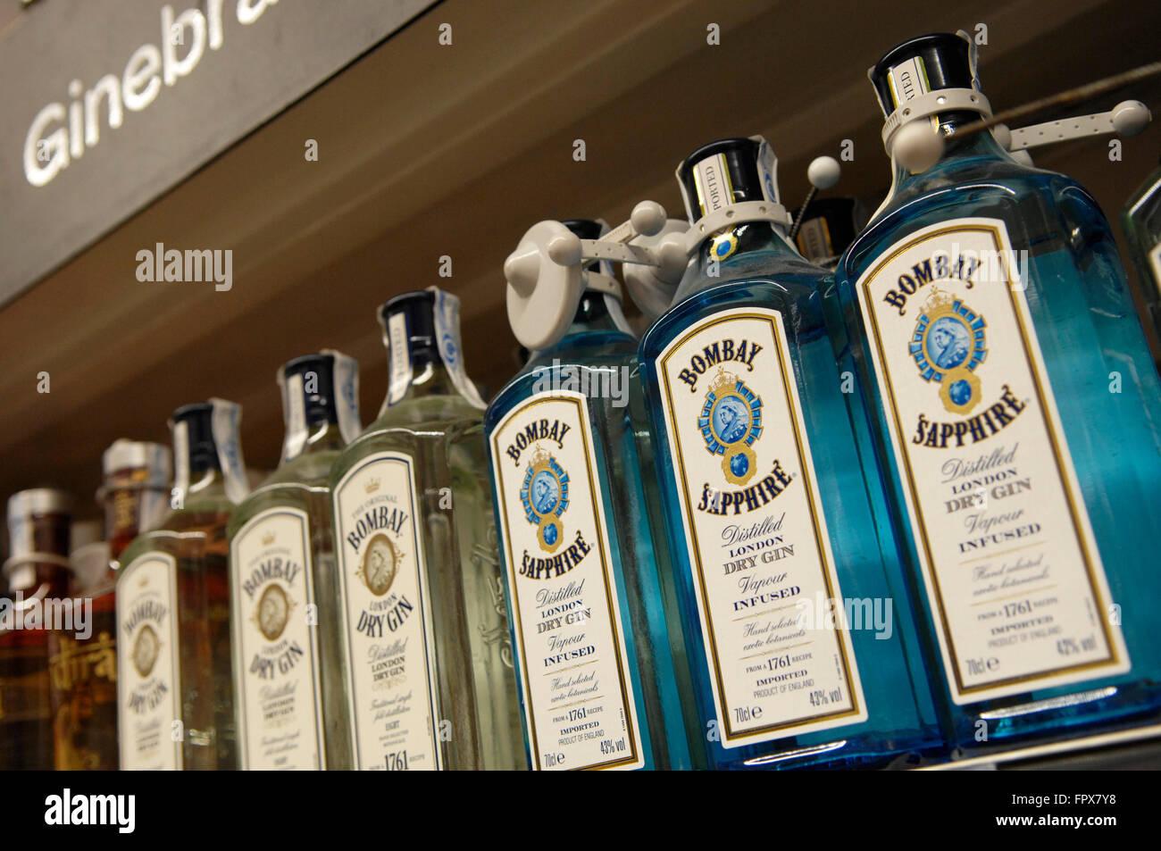 Bombay Sapphire Gin di proprietà di Bacardi visualizzato in un supermercato Carrefour Malaga Spagna. Immagini Stock