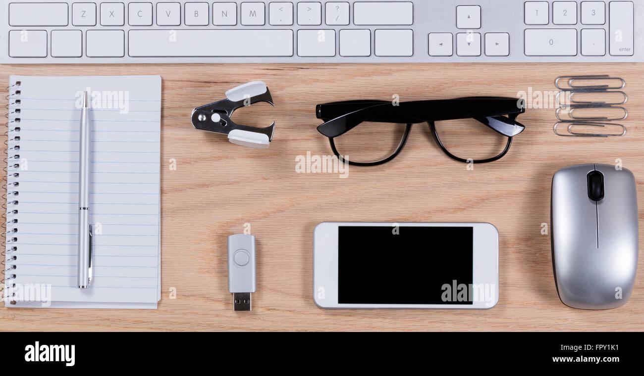 Oggetti Da Ufficio : Vista aerea di una quercia con desktop da ufficio di base di