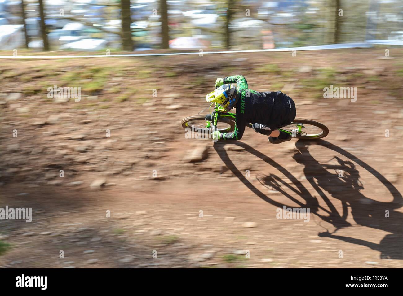 Ae Forest, Dumfries Scozia - 20 Marzo 2016: Regno Unito - previsioni del tempo - Un motociclista completa la sua Immagini Stock