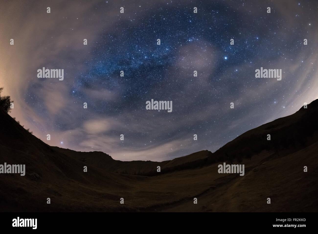 180 Grado Vista Del Cielo Stellato E La Via Lattea Sulle Alpi Con