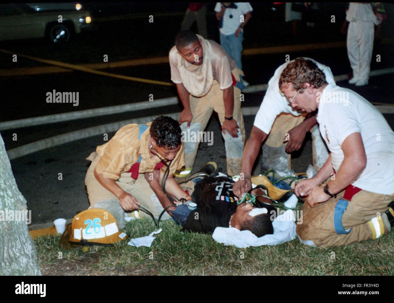 Medicina sul lavoro vigile del fuoco che è crollato dopo essere superati con il calore e il fumo di un incendio Immagini Stock