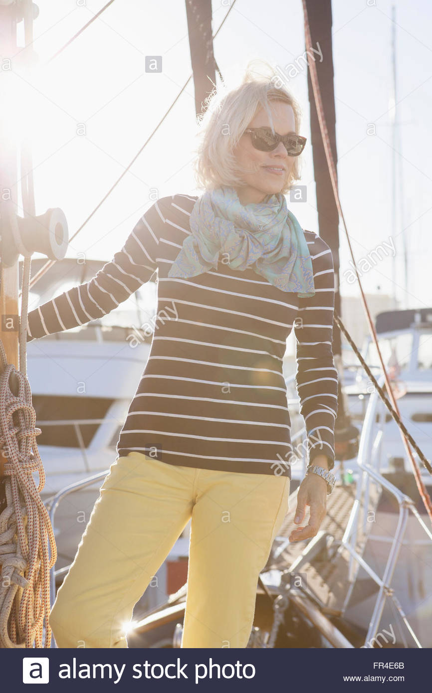 Senior donna vestita per la vela Immagini Stock