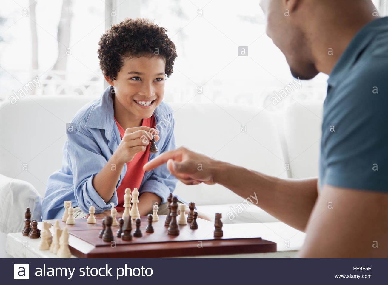 Padre e figlio sfidandosi in una partita a scacchi Immagini Stock