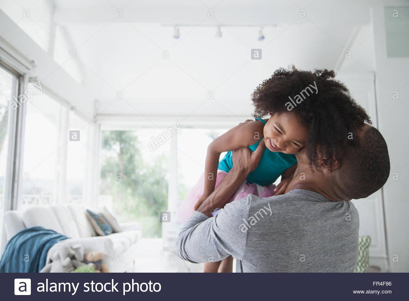 Padre snuggling con sua figlia come egli solleva la sua fino Immagini Stock