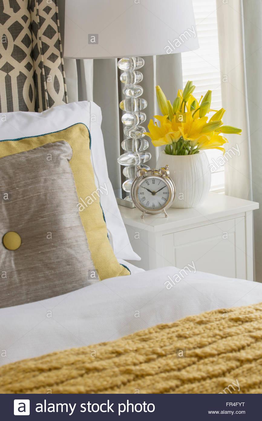 Close-up di letto contemporaneo e comodino. Immagini Stock