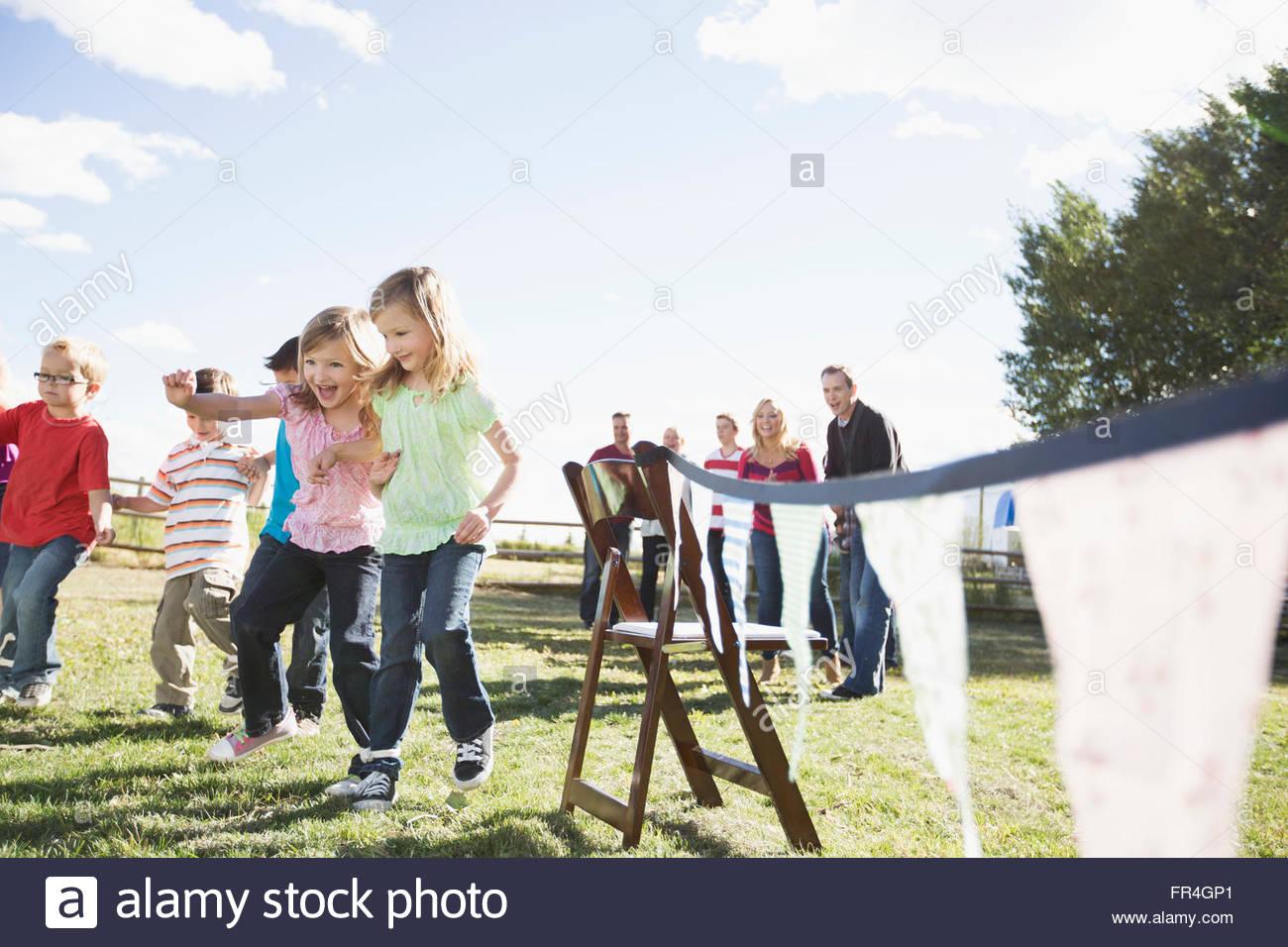 Le famiglie a guardare i ragazzi competere in 3 zampe gara. Immagini Stock