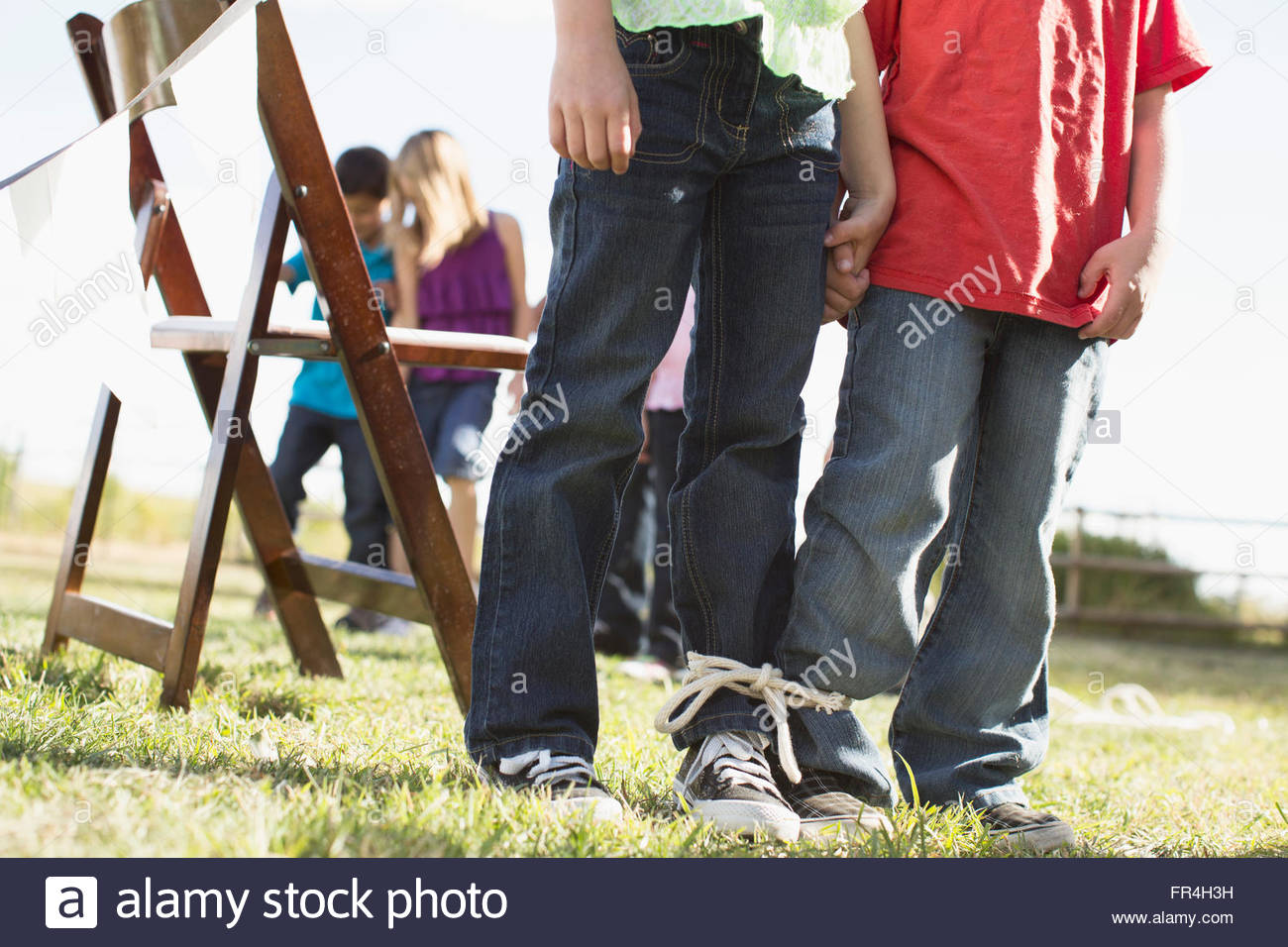 Bambini sempre pronti a competere in un 3 zampe gara. Immagini Stock