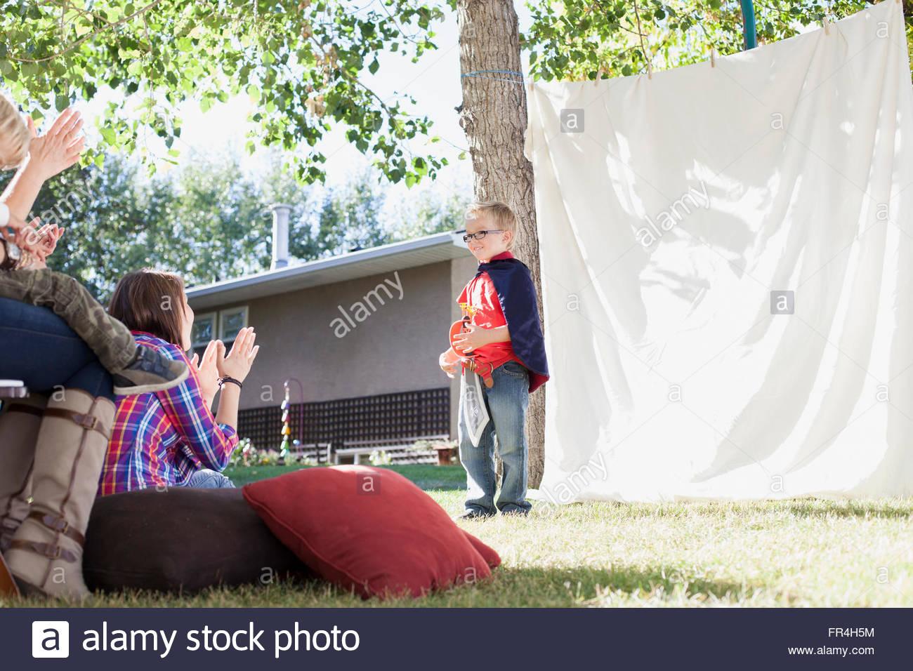 Ragazzo giovane eseguendo un gioco per la famiglia. Immagini Stock