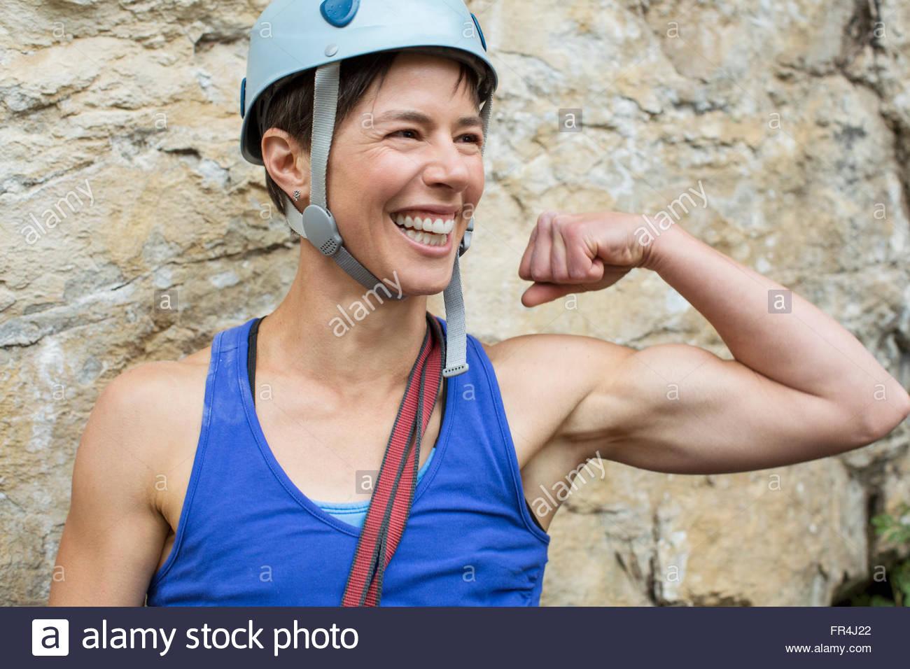Female Rock scalatore che mostra i muscoli off Immagini Stock