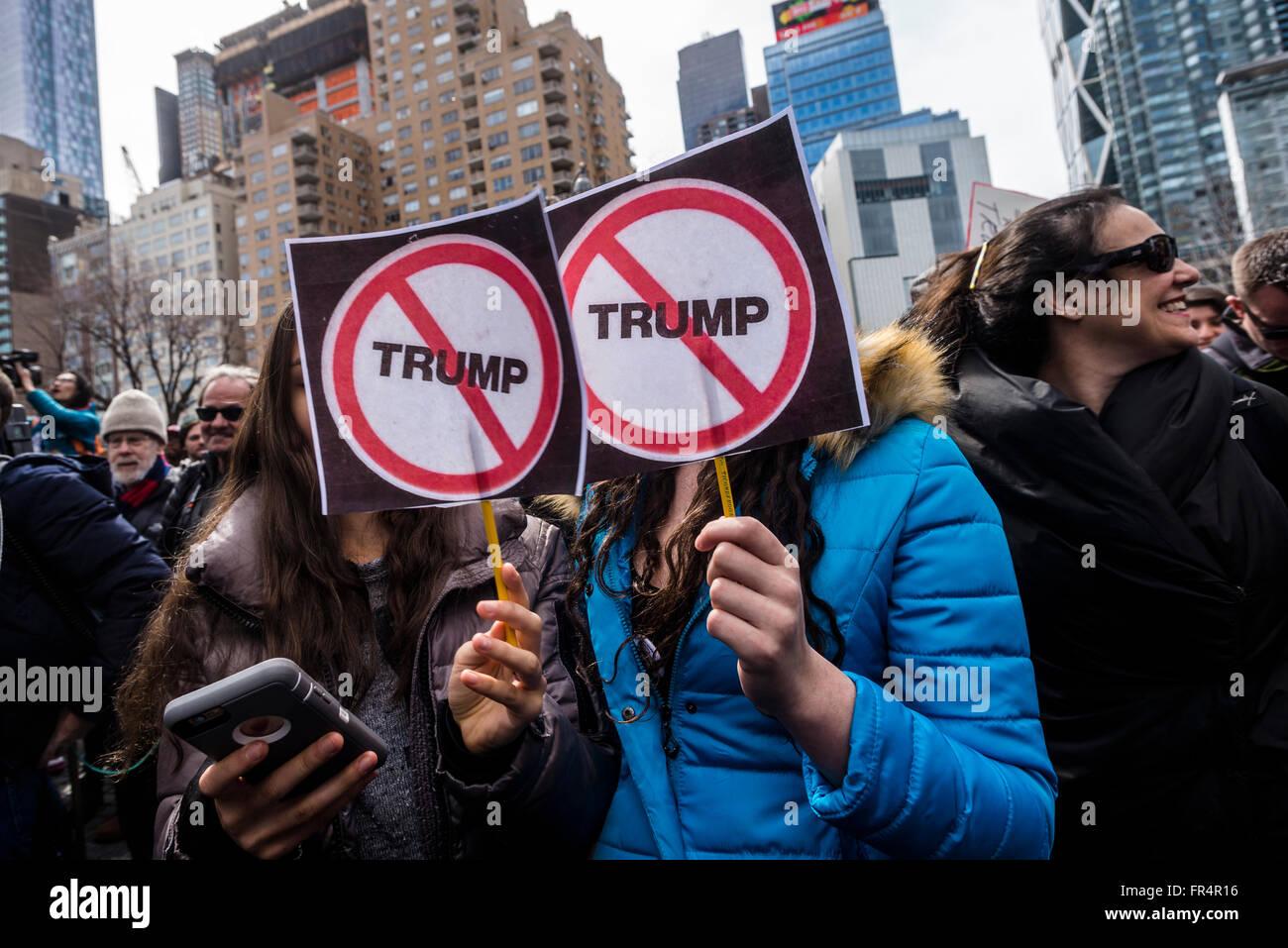 New York, NY - 19 Marzo 2016 - Un paio di migliaia di manifestanti radunati fuori Trump International Hotel and Immagini Stock