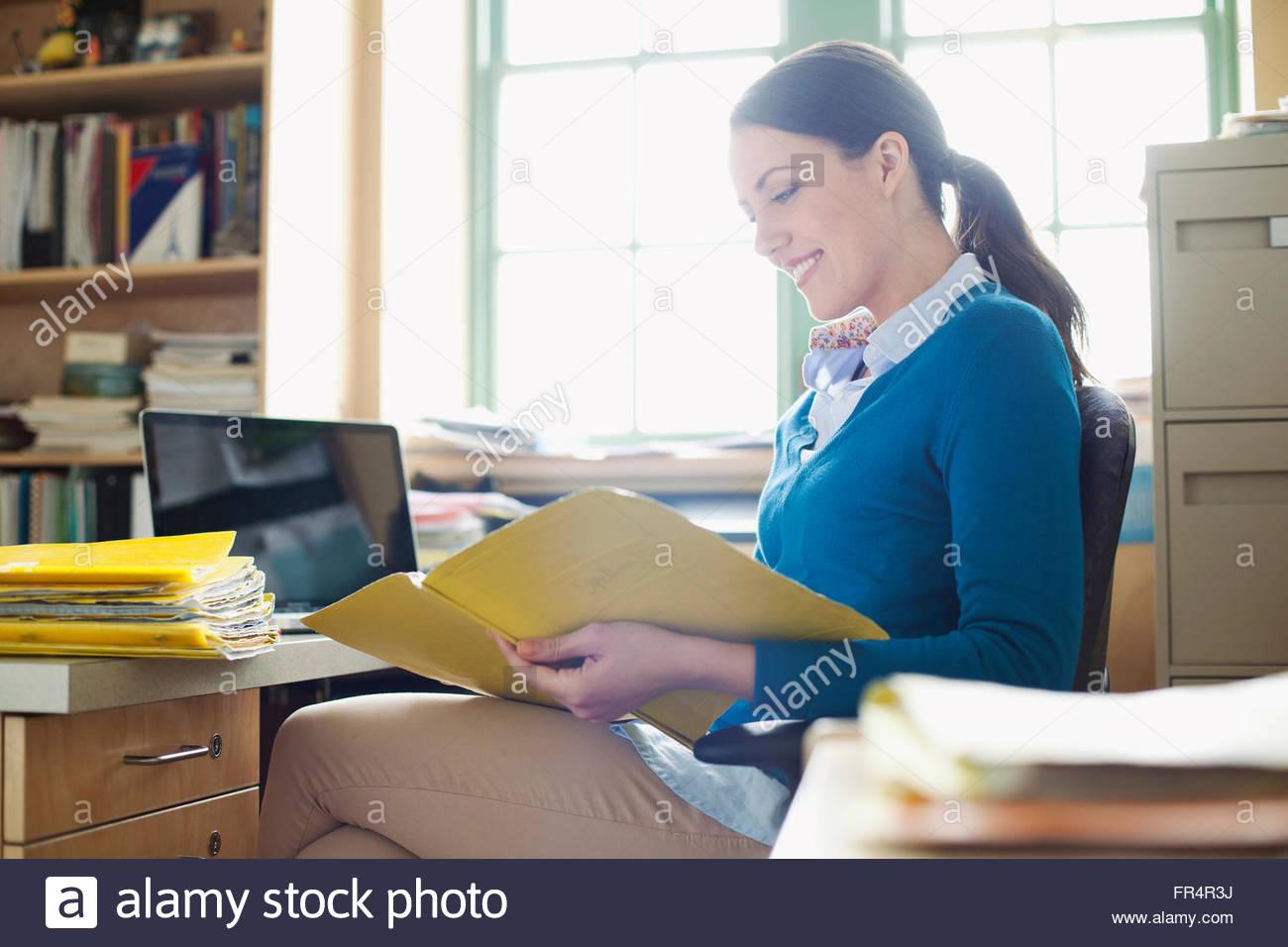Insegnante di scuola elementare revisione di documenti Immagini Stock