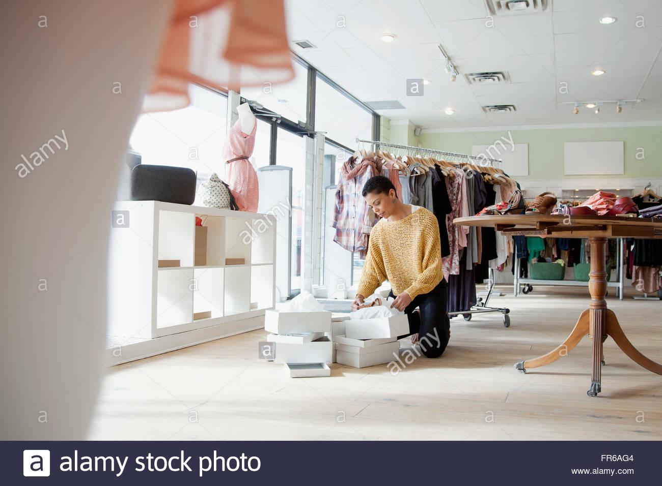 Il proprietario del negozio organizzare merchandise Immagini Stock