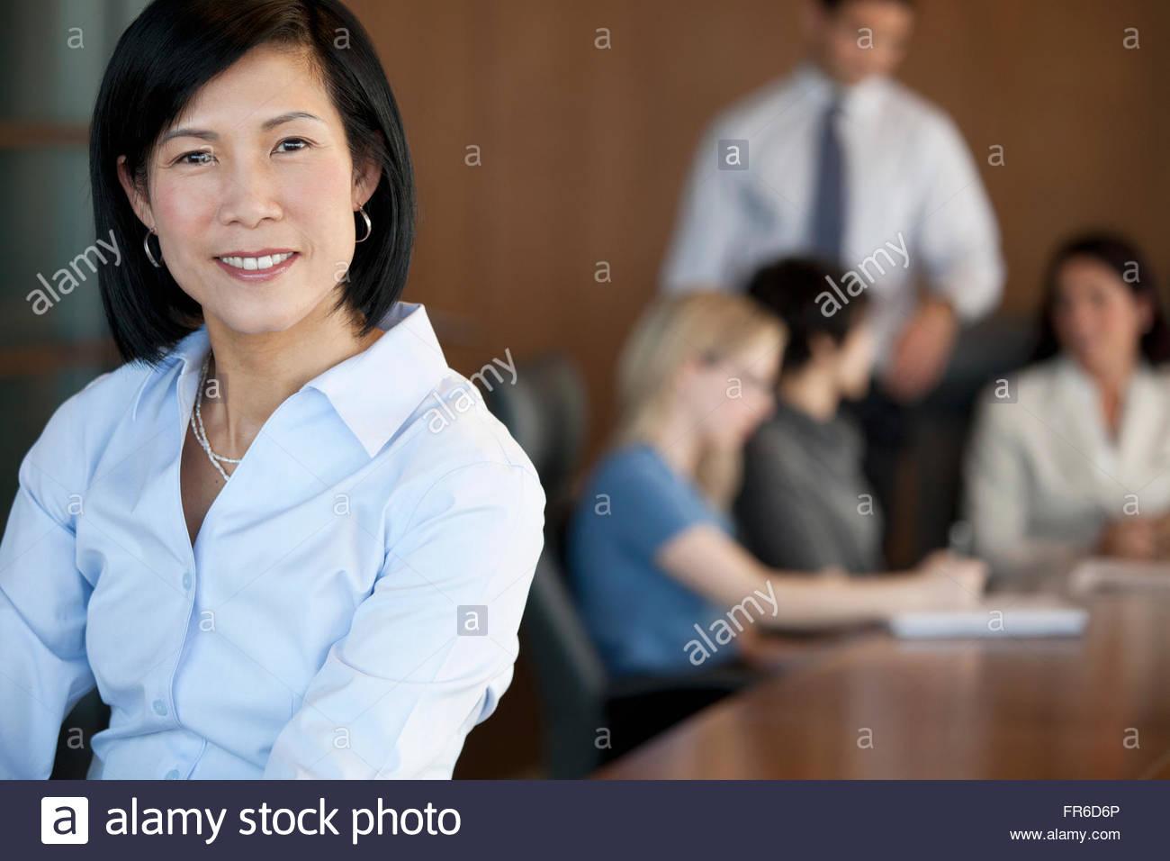 Discussione con il piccolo gruppo di colleghi di lavoro Immagini Stock