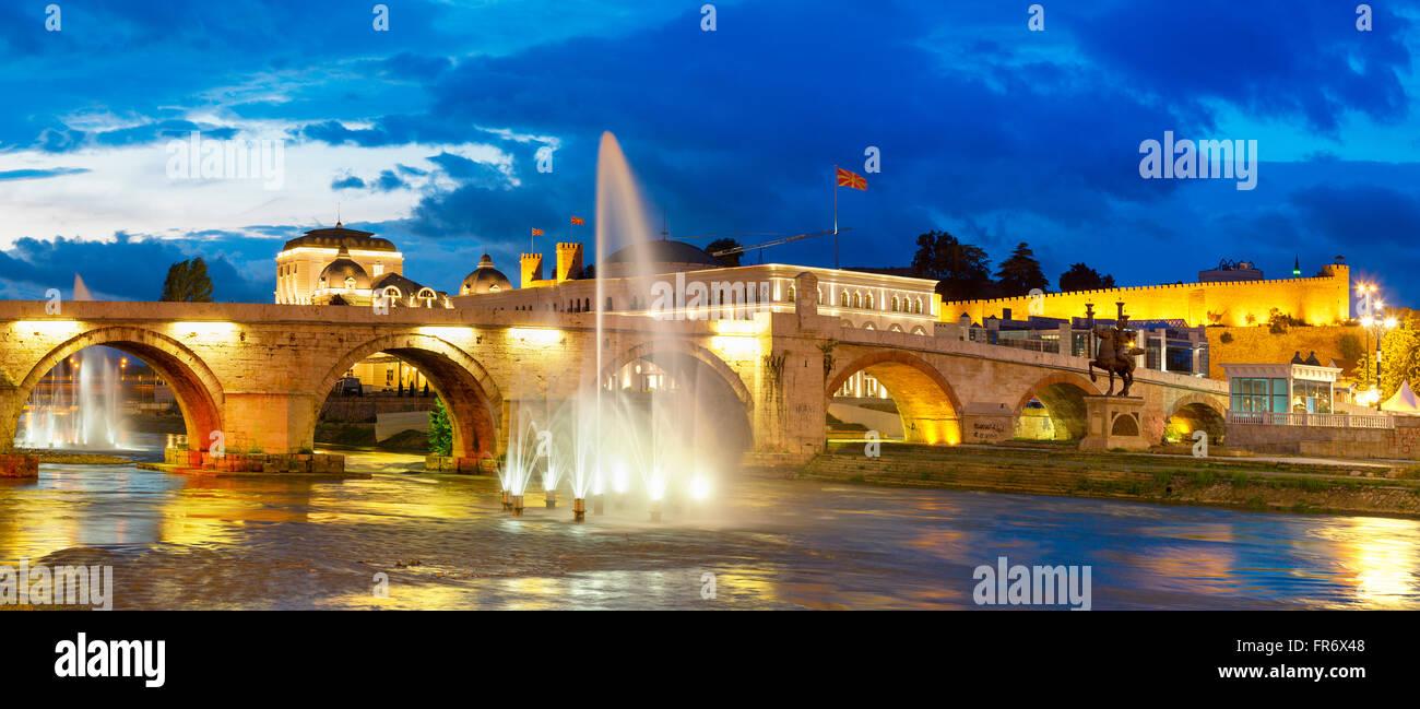 Repubblica di Macedonia Skopje, il ponte di pietra sul fiume Vardar Immagini Stock