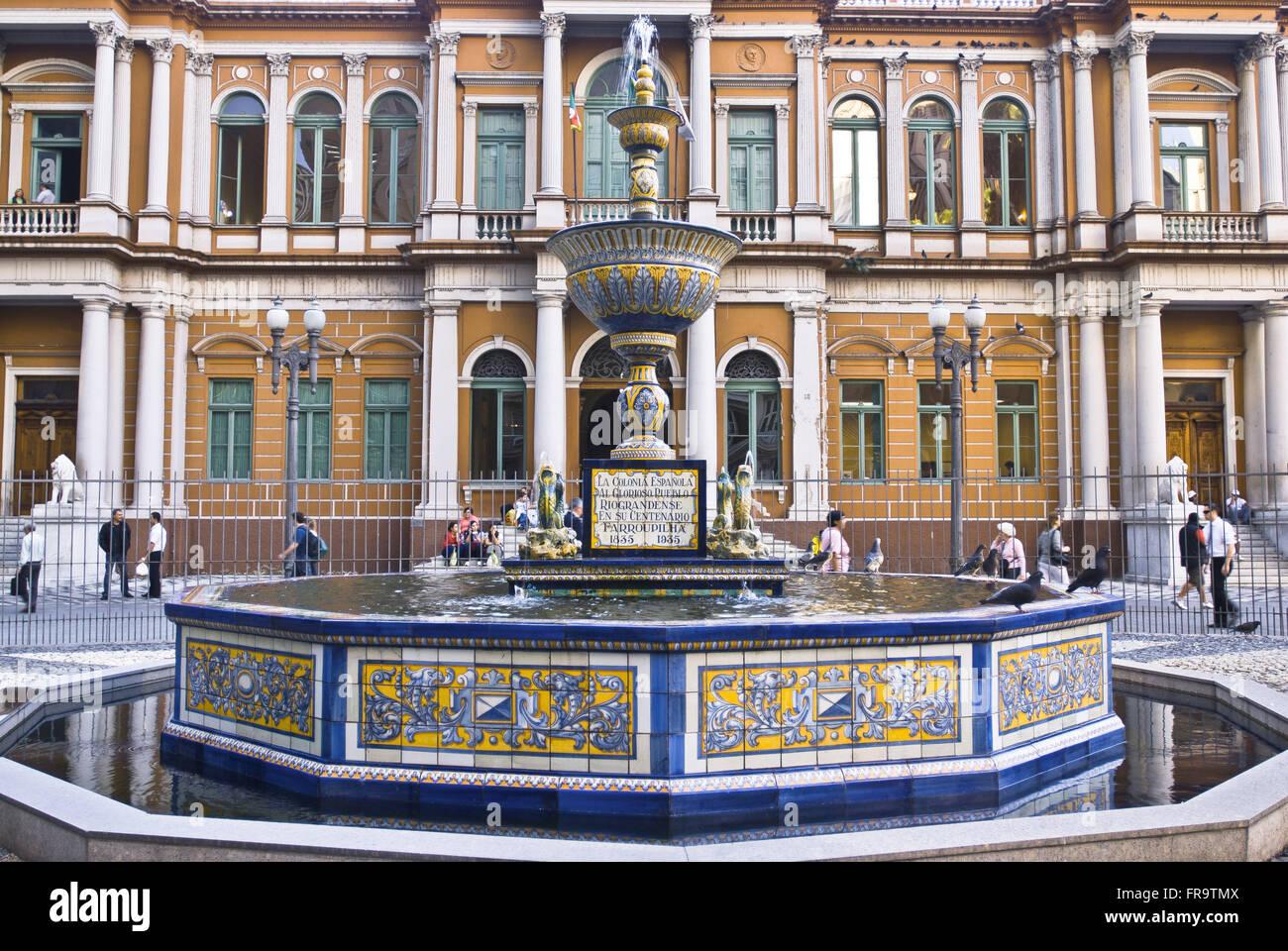 Fonte Talavera in Praca edificio Montevideo davanti al municipio costruito nel 1901 Immagini Stock